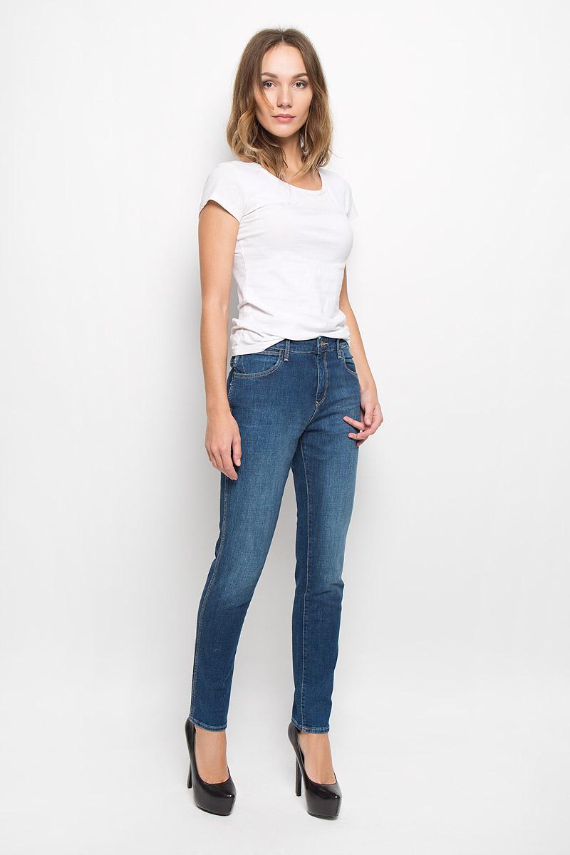 Джинсы женские Wrangler, цвет: синий. W27M9179H. Размер 26-32 (42-32)W27M9179HМодные женские джинсы Wrangler изготовлены из эластичного хлопка с добавлением полиэстера и эластана, они приятные на ощупь, не сковывают движения и хорошо пропускают воздух.Джинсы-бойфренды со стандартной посадкой застегиваются на металлическую пуговицу и имеют ширинку на застежке-молнии. На поясе предусмотрены шлевки для ремня. Спереди расположены два втачных кармана и один маленький накладной, а сзади - два накладных кармана, дополненные стильной нашивкой с названием бренда.