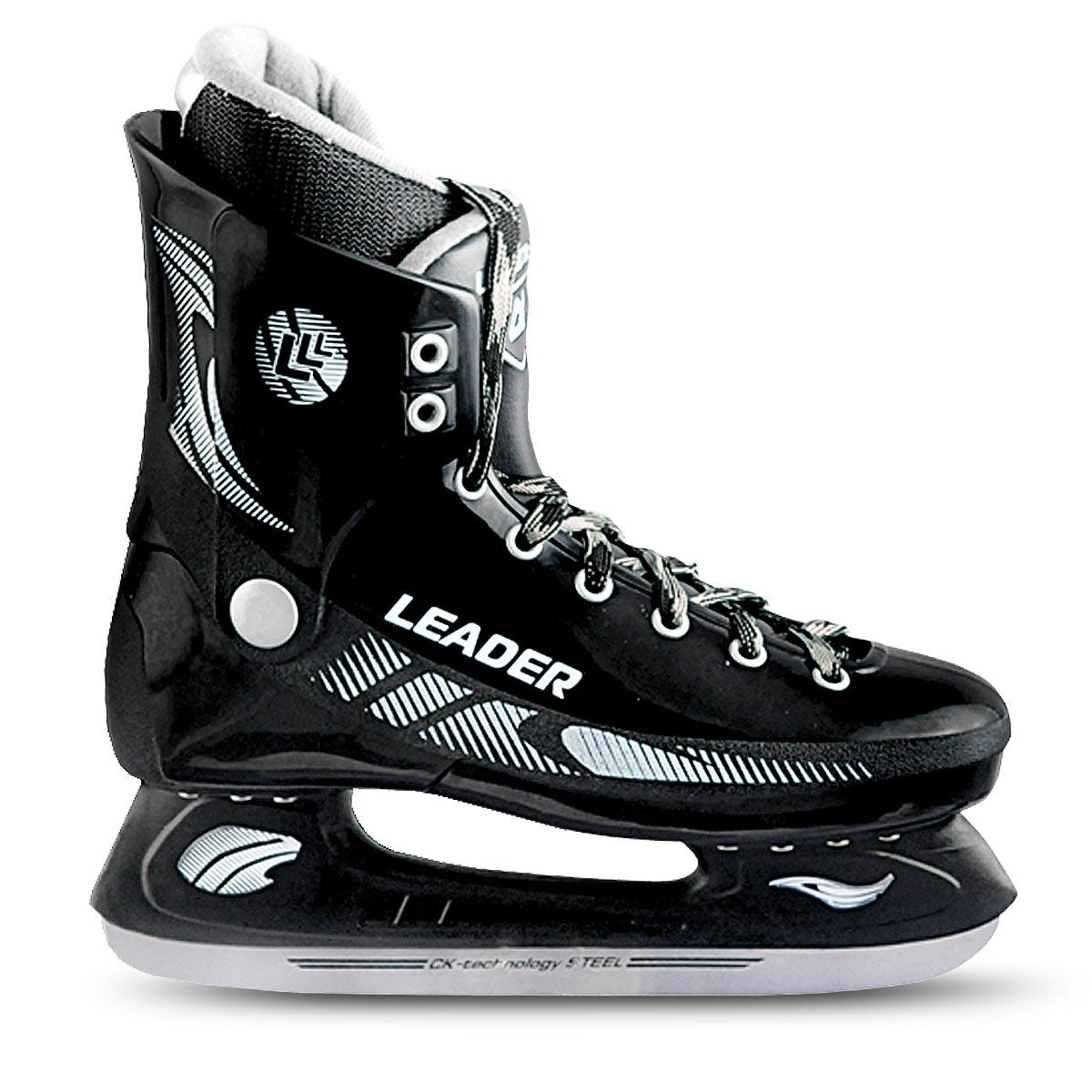 Коньки хоккейные мужские CK Leader, цвет: черный. Размер 42LEADER_черный_42Стильные коньки от CK Master Leader с ударопрочной защитной конструкцией отлично подойдут для начинающих обучаться катанию. Ботинки изготовлены из морозостойкого полимера, который защитит ноги от ударов. Верх изделия оформлен классической шнуровкой, надежно фиксирующей голеностоп. Сапожок, выполненный из комбинации капровелюра и искусственной кожи, оформлен принтом и тиснением в виде логотипа бренда. Внутренняя поверхность, дополненная утеплителем, и стелька исполнены из текстиля. Фигурное лезвие изготовлено из легированной стали со специальным покрытием, придающим дополнительную прочность.Усиленная двухстаканная рама декорирована с одной из боковых сторон оригинальным принтом. Стильные коньки придутся вам по душе.