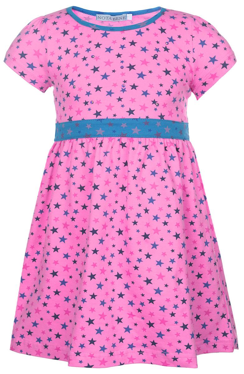 Платье для девочки Nota Bene, цвет: розовый. SSD261Z45. Размер 104SSD261Z45-56Яркое платье для девочки Nota Bene отлично подойдет маленькой моднице. Выполненное из натурального хлопка, оно легкое и воздушное, приятное на ощупь, не сковывает движения и хорошо вентилируется.Платье с круглым вырезом горловины без застежек. Модель оформлена нежным оригинальным звездным принтом и спереди дополнена выкладкой из блестящих страз. От линии талии заложены частые складочки, которые придают изделию воздушность. На талии предусмотрены завязки, позволяющие подчеркнуть изящность платья завязанным бантом. Современный дизайн и яркая расцветка делают это платье стильным предметом детской одежды. В нем маленькая принцесса всегда будет в центре внимания.