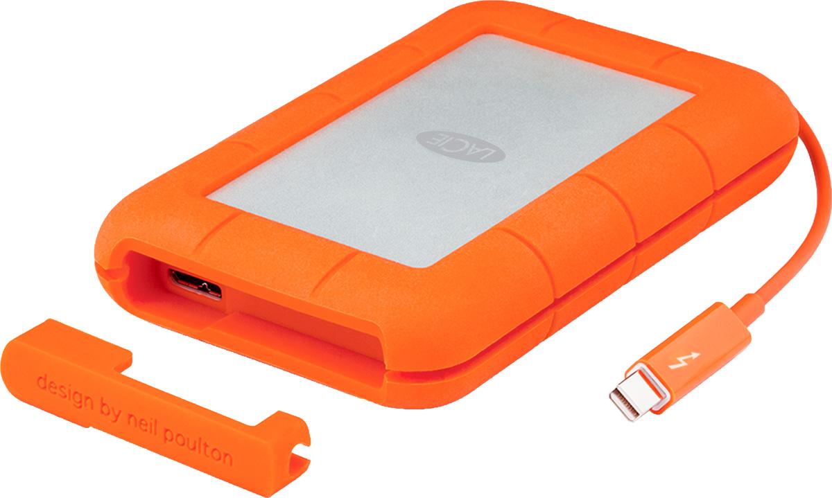 LaCie Rugged Thunderbolt 1TB SSD-накопитель (LAC9000602)LAC9000602С SSD-накопителем LaCie Rugged Thunderbolt проблема несовместимости внешнего жёсткого диска и компьютера будет устранена. Благодаря обратной совместимости интерфейса USB 3.0 его можно подключить к любому обычному компьютеру. Для кабеля Thunderbolt предусмотрено удобное место хранения, так что можно не волноваться, что он потеряется.Сверхбыстрые скорости передачи данных достигаются благодаря интерфейсам USB 3.0 и Thunderbolt. Благодаря использованию полупроводников диск Rugged развивает скорость до 387 МБ/с, так что можно передавать или копировать огромные объёмы данных за минимальное время. Революционная технология ввода-вывода Thunderbolt позволяет подключать мониторы высокого разрешения и высокопроизводительные периферийные устройства через один порт с кабелем, объединившим технологии DisplayPort и PCI Express.Технология Thunderbolt обеспечивает двунаправленную передачу данных со скоростью до 10 Гбит/с, а также невероятно быстрый обмен данными между периферийными устройствами. Пропускной способности достаточно, чтобы последовательно соединять несколько высокоскоростных устройств без использования концентратора или коммутатора. Данная модель изготовлен по стандартам оборонной промышленности, благодаря чему обеспечивается эффективная защита данных при случайных падениях. Даже если диск соскользнёт со стола или выпадет из кармана куртки, все данные сохранятся.Падение с высоты 2 мСтандарт защиты: IP54Давление: 1000 кгСовместимые ОС: Windows 7, Windows 8 и выше / Mac OS X 10.6 и выше