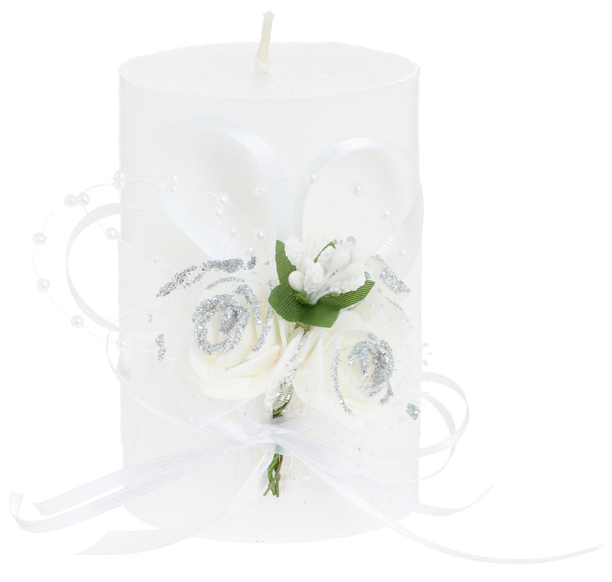 Свеча декоративная Win Max Свадебная, высота 10 см. 9470494704Свеча декоративная Win Max Свадебная выполнена из парафина белого цвета. Изделие выполнено в форме столбика и декорировано композицией из цветов и ленточек.Свеча будет вас радовать и достойно украсит интерьер. Вы можете поставить свечу в любом месте, где она будет удачно смотреться и радовать глаз. Кроме того, эта свеча - отличный вариант подарка для ваших близких и друзей.Диаметр свечи: 7 см.