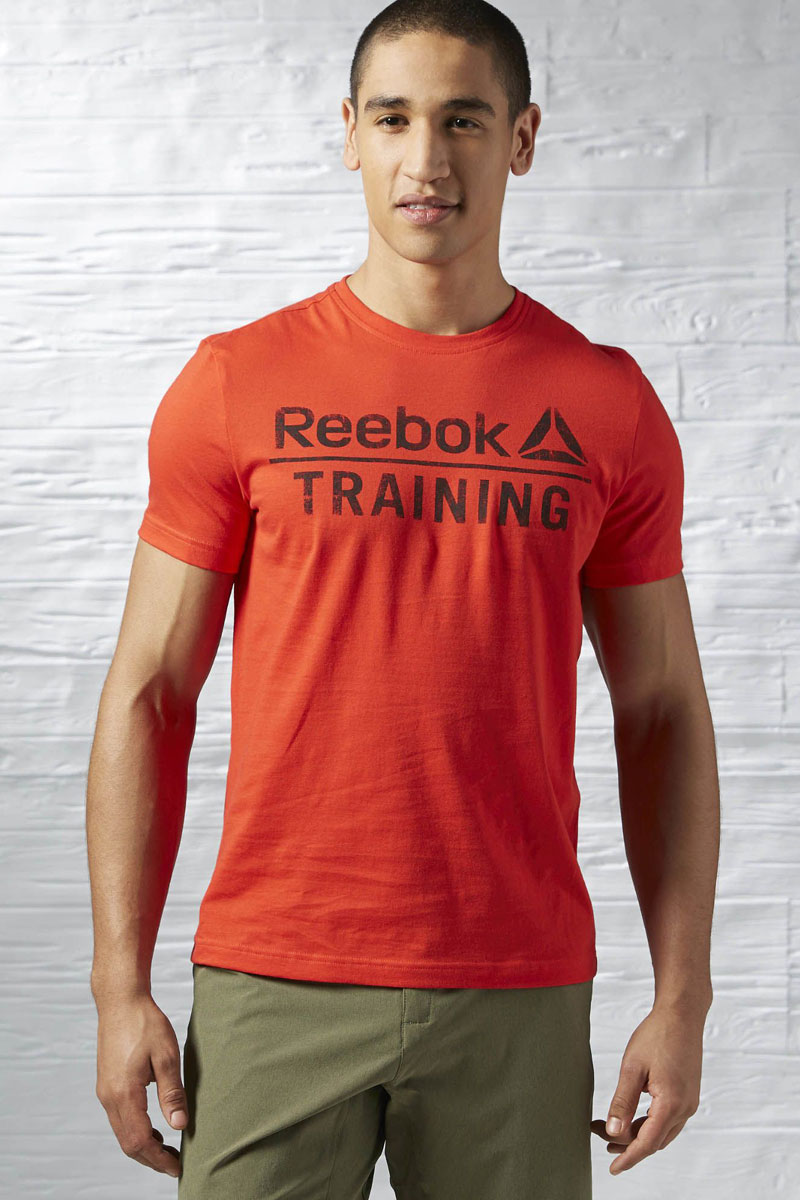 Футболка для фитнеса мужская Reebok Training Tee, цвет: красный. AY1054. Размер S (44/46)AY1054Мужская футболка Training Tee от Reebok идеально подойдет для занятий фитнесом. Модель, изготовленная из натурального хлопка, очень мягкая, тактильно приятная, не сковывает движения и позволяет коже дышать.Футболка-слим с круглым вырезом горловины и короткими рукавами оформлена фирменными надписями.