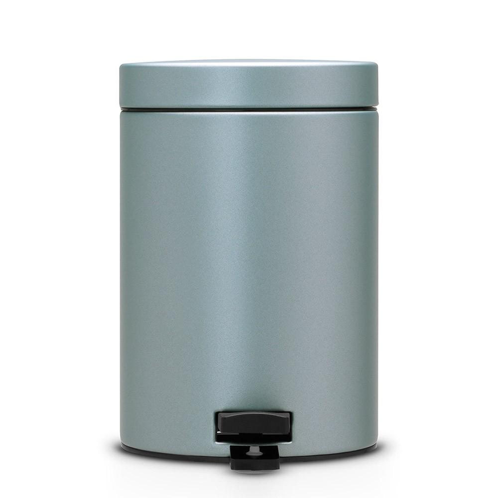 Бак мусорный Brabantia, с педалью, цвет: мятный металлик, 3 л. 105968105968Идеальное решение для ванной комнаты и туалета! Предотвращает распространение запахов – прочная, не пропускающая запахи металлическая крышка. Плавное и бесшумное открывание/закрывание крышки. Удобная очистка – прочное съемное внутреннее ведро из пластика. Надежный педальный механизм, высококачественные коррозионно-стойкие материалы. Бак удобно перемещать – прочная ручка для переноски. Отличная устойчивость даже на мокром и скользком полу – противоскользящее основание. Предохранение пола от повреждений – пластиковый защитный обод. Всегда опрятный вид – идеально подходящие по размеру мешки для мусора со стягивающей лентой (размер A). 10-летняя гарантия Brabantia.
