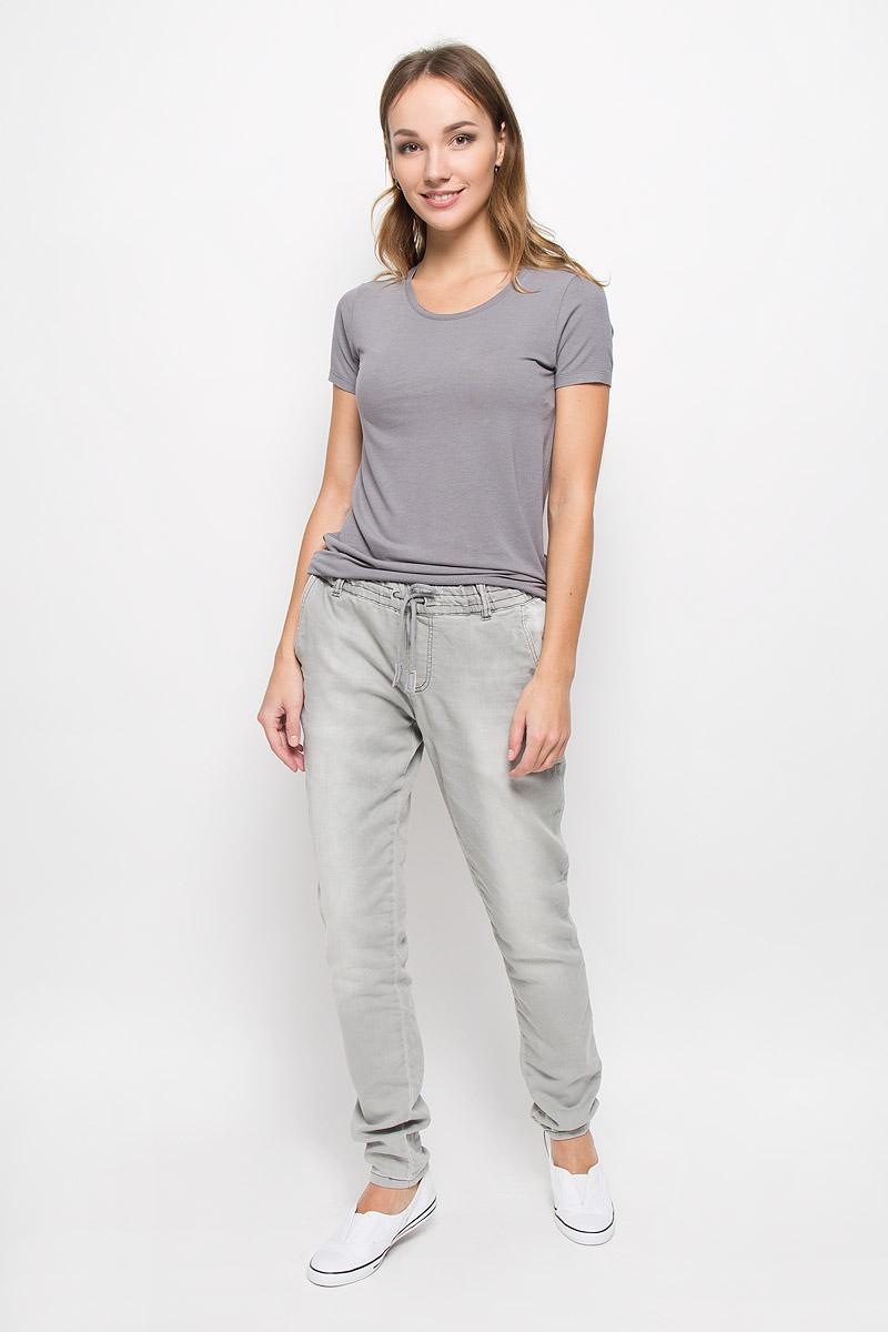 Джинсы женские Broadway, цвет: светло-серый. 10156616. Размер L (48)10156616_872Стильные женские джинсы Broadway созданы специально для того, чтобы подчеркивать достоинства вашей фигуры. Модель прямого кроя и стандартной посадки станет отличным дополнением к вашему современному образу.Джинсы на резинке в поясе имеют завязки-шнурки. Дополнены шлевками для ремня и имитацией ширинки. Спереди модель дополнена двумя втачными карманами, а сзади - двумя накладными карманами. Джинсы оформлены перманентными складками.Эти модные и в тоже время комфортные джинсы послужат отличным дополнением к вашему гардеробу..