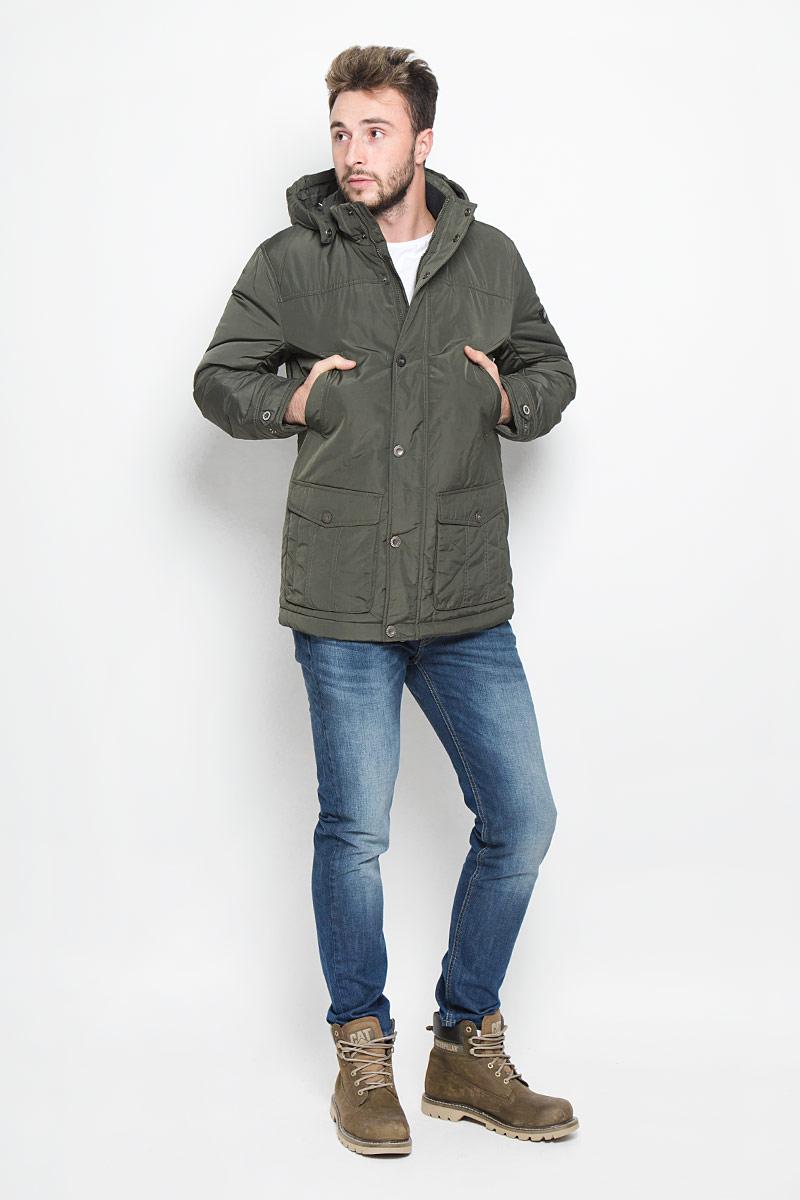 Куртка мужская Finn Flare, цвет: темно-зеленый. W16-22002_905. Размер L (50)W16-22002_905Мужская куртка Finn Flare, выполненная из полиэстера, придаст образу безупречный стиль. Подкладка изготовлена из гладкого и приятного на ощупь материала. В качестве утеплителя используется высококачественный полиэстер, который отлично сохраняет тепло.Куртка с капюшоном и воротником-стойкой застегивается на застежку-молнию с внутренней ветрозащитной планкой. Капюшон пристегивается к изделию за счет металлических кнопок. Край капюшона дополнен шнурком-кулиской, а на макушке капюшон имеет небольшой хлястик для регулирования размера.Рукава оснащены манжетами с застёжками-кнопками. Спереди модель дополнена двумя прорезными карманами на кнопках и двумя накладными карманами на застежках-кнопках. С внутренней стороны куртка дополнена прорезным карманом на молнии, накладным карманом на липучке и втачным карманом на пуговице. В поясе куртка регулируется с помощью шнурка-кулиски. Модель оформлена фирменной нашивкой с названием бренда.Этот теплый пуховик послужит отличным дополнением к вашему гардеробу!