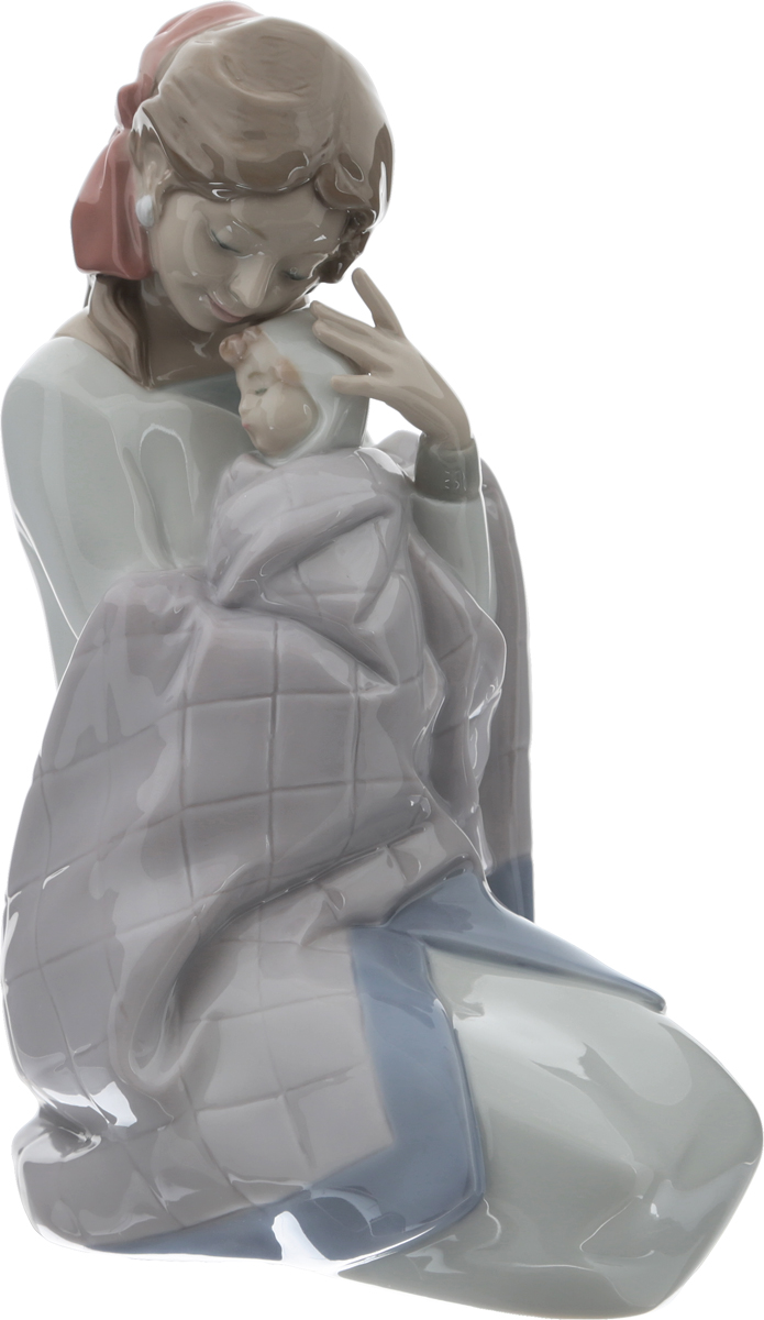 Lladro! Статуэтка Ты моя малышка. Фарфор, ручная роспись, глазуровка. Высота 22 см. Nao для Lladro, Испания (Валенсия), 2014 год52155Статуэтка Ты моя малышка от знаменитой испанской фарфоровой фабрики Lladro!Фарфор, ручная роспись, глазуровка. Маркировка: клеймо коричневого цвета Nao. Hand made porcelain. Valencia - Spain. Daisa 2014. Испания (Валенсия), 2014 год.Высота 22 см. Оригинальная упаковка.Сохранность хорошая, без повреждений, без утрат.Прекрасный подарок коллекционеру изысканного фарфора Lladro и особенное украшение интерьера. Всемирно известная мануфактура LLADRO уже более 50 лет производит коллекционный фарфор музейного уровня. История компании берет свое начало в 1953 году, когда три брата Хуан, Хосе и Винсенте Лядро (LLADRO) создают свои первые изделия в мавританской печи, установленной в их родном доме в городе Алмасера (Валенсия). Как полвека назад, так и теперь, не изменяя традиции, все скульптуры LLADRO производятся вручную и по своим художественным свойствам не имеют себе равных в мире! Каждое изделие марки LLADRO - это уникальное произведение искусства, которое посвящено определенной теме или идее - природе, человеческим отношениям, религии, исторической теме. Изделия LLADRO отличает нежная, сдержанная палитра, основу которой составляют серые и бежево-коричневые цвета и бесконечное сочетание пастельных оттенков, идеально отвечающих деликатности и чистоте фарфора. К работе над коллекциями привлекаются художники, дизайнеры и скульпторы с мировыми именами, такие как Хайме Айон, Бодо Сперлайн и другие. Многие фигуры выполнены ограниченными сериями и существуют в мире лишь в нескольких экземплярах.