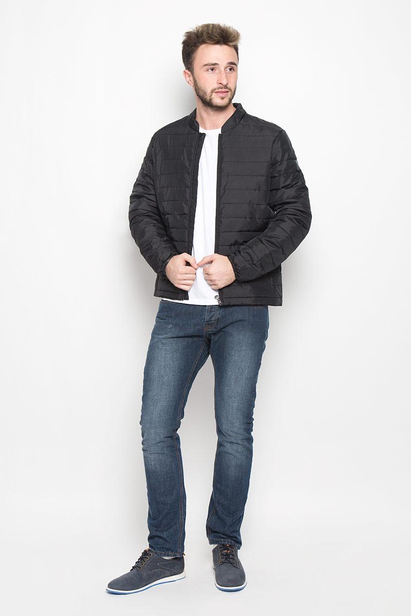Куртка мужская Broadway Noam, цвет: черный. 20100303. Размер XL (52)20100303_999Мужская куртка Broadway Noam выполнена из полиэстера с добавлением полиамида. Подкладка изготовлена из гладкой ткани. В качестве утеплителя используется полиэстер. Модель с небольшим воротником-стойкой застегивается на пластиковую молнию с внутренней ветрозащитной планкой. Рукава понизу собраны на эластичные резинки. Спереди расположены два прорезных кармана на молниях. С внутренней стороны имеется накладной карман на застежке-липучке. На рукаве изделие украшено принтовой надписью.
