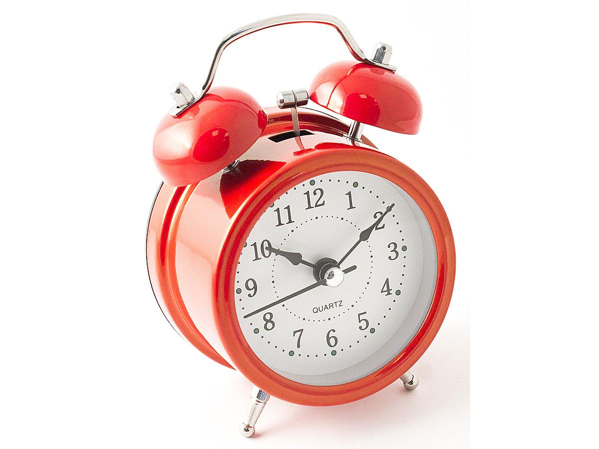 Часы настольные Эврика, цвет: красный, диаметр 7 см97499Настольные часы Эврика изготовлены из металла, циферблат защищен стеклом.Чтобы утро было по-настоящему добрым, встречайте его с веселым будильником. Встроенная подсветка включается кнопкой на задней панели.Классический дизайн будильника с металлическим молоточком и двумя колокольчиками впишется в любую обстановку.Часы могут стать уникальным, полезным подарком для родственников, коллег, знакомых и близких.Тип хода стрелок - прямой, тип механизма - тикающий. Питание осуществляется от двух батареек типа АА.