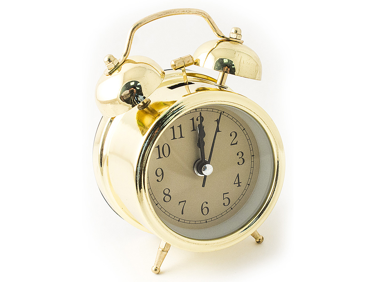 Часы настольные Эврика, цвет: золотистый, диаметр 7 см97496Настольные часы Эврика изготовлены из металла, циферблат защищен стеклом. Чтобы утро было по-настоящему добрым, встречайте его с веселым будильником. Встроенная подсветка включается кнопкой на задней панели.Классический дизайн будильника с металлическим молоточком и двумя колокольчиками впишется в любую обстановку.Часы могут стать уникальным, полезным подарком для родственников, коллег, знакомых и близких.Тип хода стрелок - прямой, тип механизма - тикающий.Питание осуществляется от двух батареек типа АА.