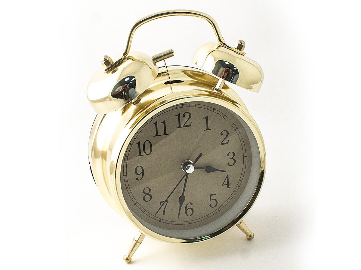 Часы настольные Эврика, цвет: золотистый, диаметр 10 см97494Настольные часы Эврика изготовлены из металла, циферблат защищен стеклом.Чтобы утро было по-настоящему добрым, встречайте его с веселым будильником. Встроенная подсветка включается кнопкой на задней панели.Классический дизайн будильника с металлическим молоточком и двумя колокольчиками впишется в любую обстановку.Часы могут стать уникальным, полезным подарком для родственников, коллег, знакомых и близких.Тип хода стрелок - прямой, тип механизма - тикающий. Часы работают от двух батареек типа АА.
