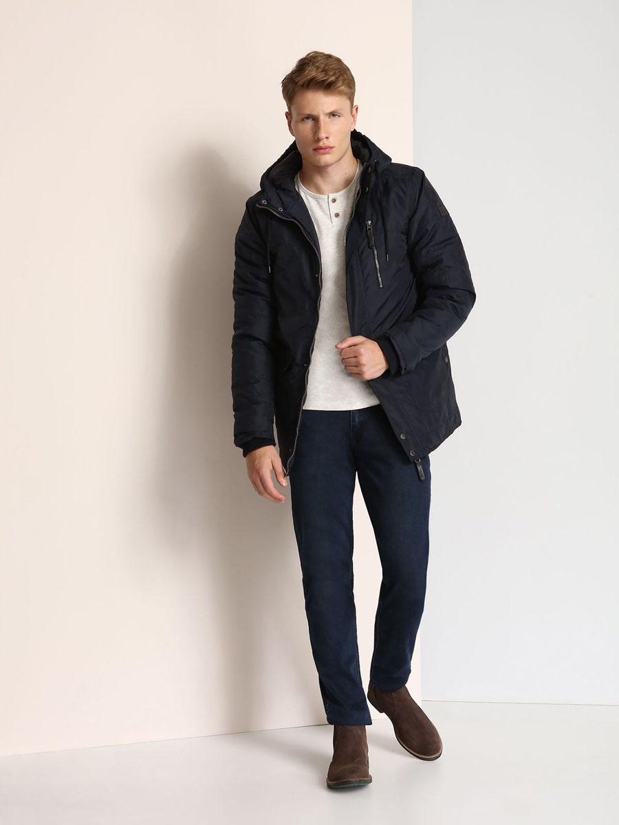 Куртка мужская Top Secret, цвет: темно-синий. SKD0139GR. Размер XXL (54)SKD0139GRСтильная мужская куртка Top Secret изготовлена из высококачественного полиэстера. В качестве утеплителя используется синтепон. Куртка с несъемным капюшоном застегивается на застежку-молнию и дополнительно на ветрозащитный клапан с кнопками. Капюшон, дополненный регулирующим эластичным шнурком. Спереди расположены четыре кармана на кнопках, на груди - один прорезной карман на застежке-молнии, с внутренней стороны - прорезной открытый карман. Манжеты рукавов дополнены трикотажными напульсниками и хлястиками на кнопках.