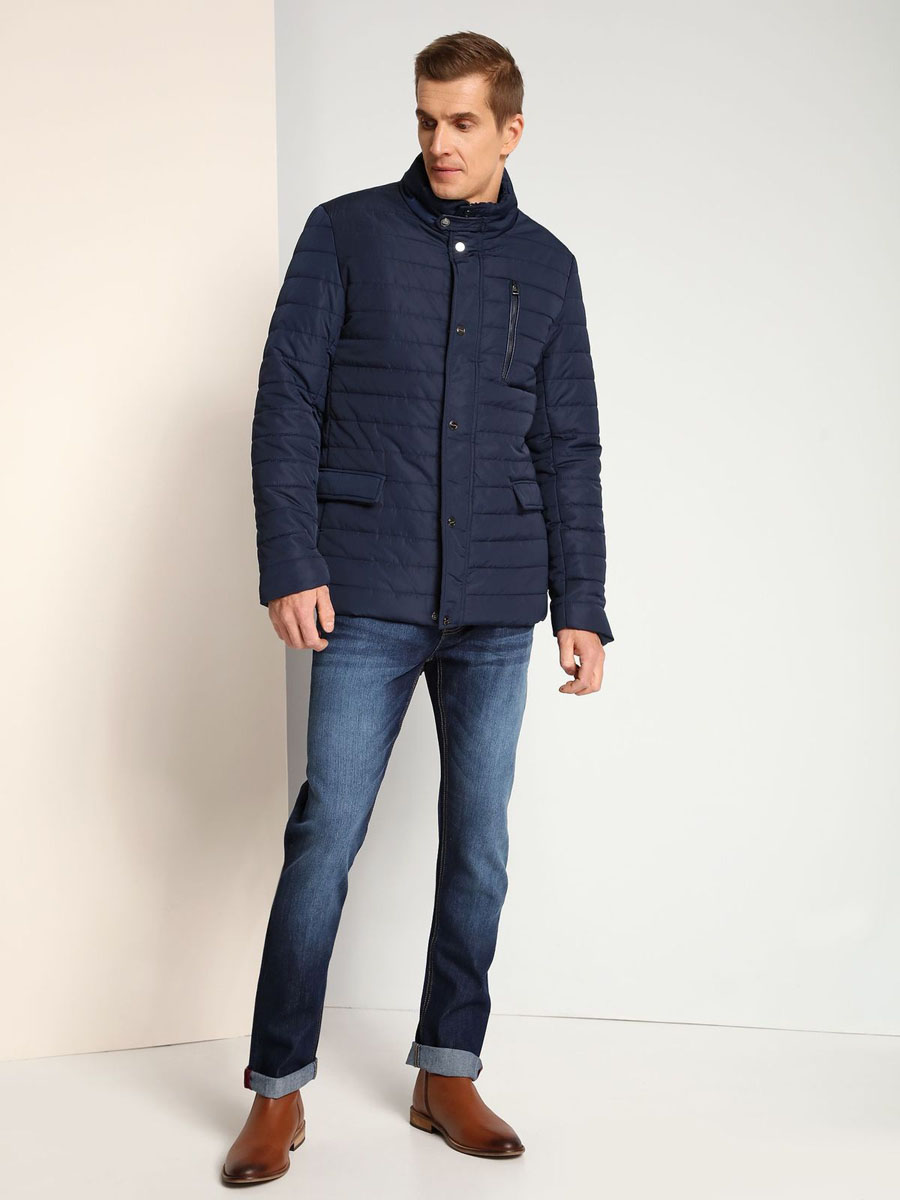 Куртка мужская Top Secret, цвет: темно-синий. SKU0726GR. Размер M (48)SKU0726GRМужская куртка Top Secret выполнена из 100% полиэстера. В качестве подкладки используется полиэстер. Модель с воротником-стойкой и длинными рукавами застегивается на застежку-молнию и имеет ветрозащитную планку на кнопках. Спереди расположено три прорезных кармана, два из которых с клапанами на кнопках, а один на застежке-молнии. с внутренней стороны изделие дополнено прорезным карманом.