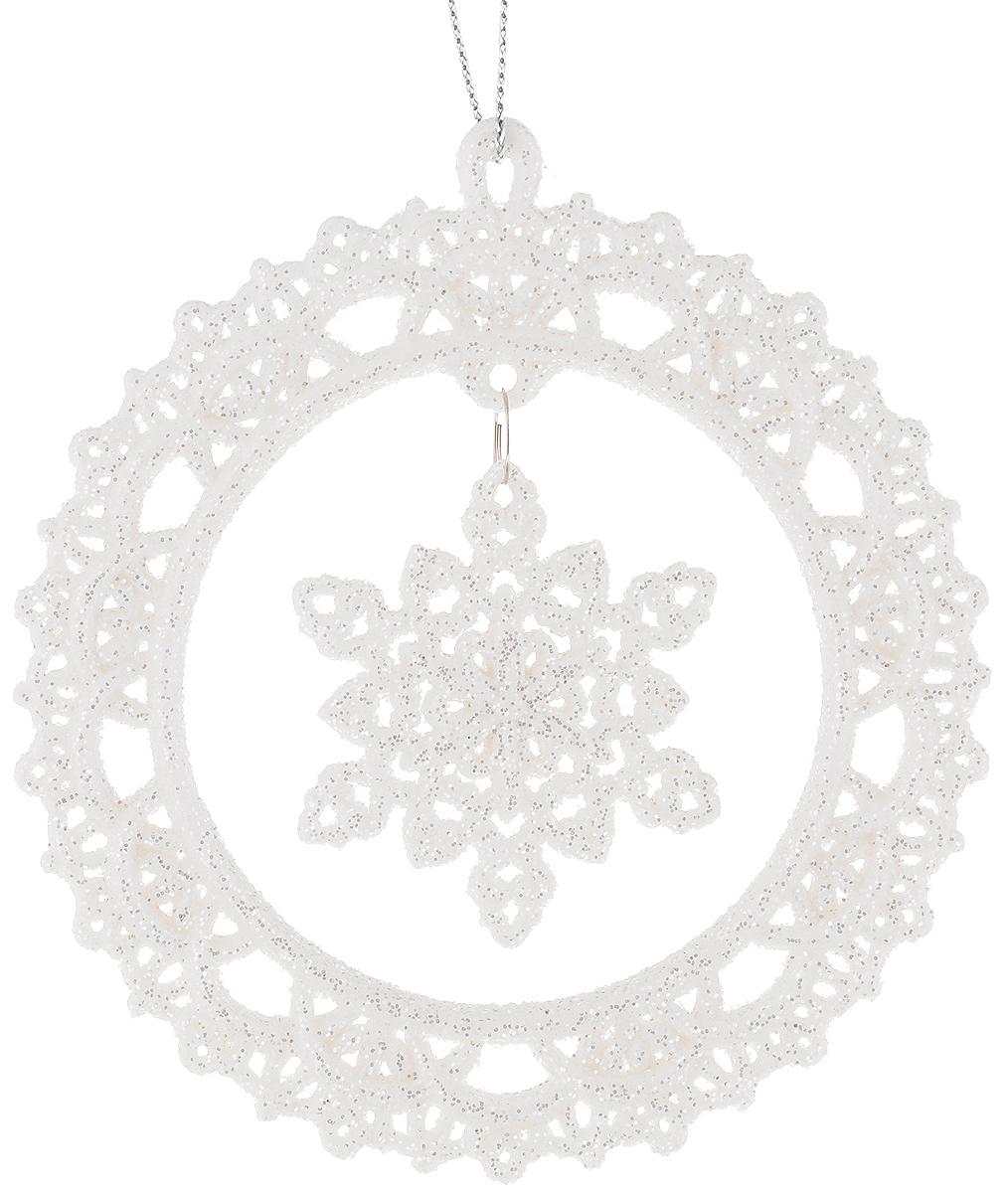 Украшение новогоднее подвесное Magic Time Снежинки в белых кружочках, 10,8 х 10,8 см38574Новогоднее подвесное украшение Magic Time Снежинки в белых кружочках выполнено из пластмассы в виде ажурного круга со снежинкой-подвеской внутри и украшено блестками. С помощью специальной петельки украшение можно повесить в любом понравившемся вам месте. Но, конечно, удачнее всего оно будет смотреться на праздничной елке.Елочная игрушка - символ Нового года. Она несет в себе волшебство и красоту праздника. Создайте в своем доме атмосферу веселья и радости, украшаяновогоднюю елку нарядными игрушками, которые будут из года в год накапливать теплоту воспоминаний.Материал: пластмасса. Размер: 10,8 х 10,8 см.
