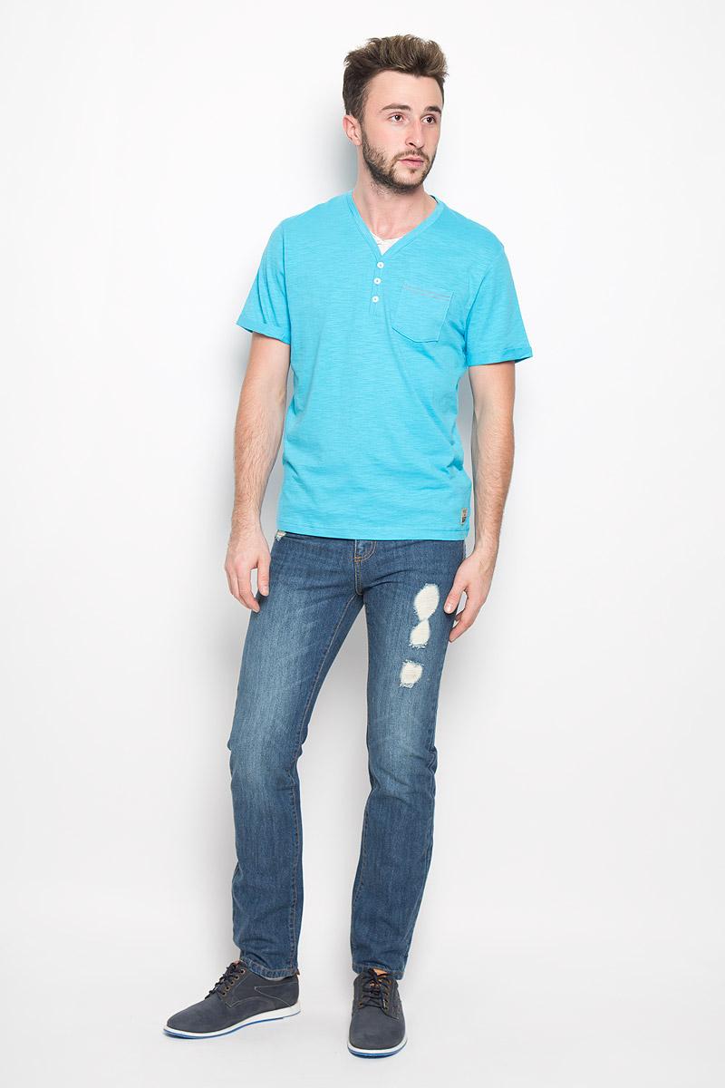 Футболка мужская Tom Tailor, цвет: голубой. 1034606.00.10_6945. Размер XL (52)1034606.00.10_6945Стильная мужская футболка Tom Tailor выполнена из натурального хлопка. Материал очень мягкий и приятный на ощупь, обладает высокой воздухопроницаемостью и гигроскопичностью, позволяет коже дышать. Модель прямого кроя с V-образным вырезом горловины и короткими рукавами дополнена на груди накладным кармашком и декоративными пуговицами. Рукава оформлены пристроченными отворотами. Снизу модель оформлена брендовой нашивкой.