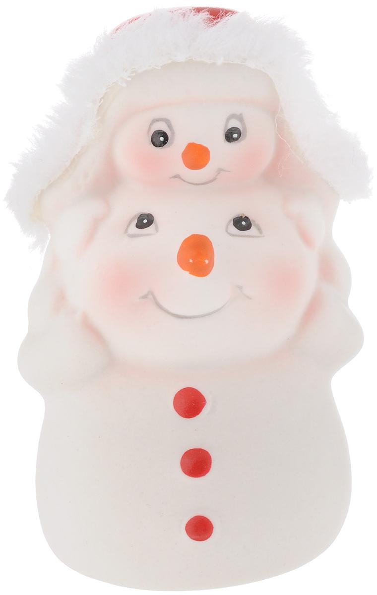 Фигурка новогодняя Феникс-Презент Снежная семейка, высота 8 см41741Новогодняя фигурка Феникс-презент Снежная семейка выполнена в виде фигурки двух снеговиков. Такая фигурка поможет вам украсить дом в преддверии Нового года, а также станет приятным подарком, который надолго сохранит память этого волшебного времени года.Новогодние украшения всегда несут в себе волшебство и красоту праздника. Создайте в своем доме атмосферу тепла, веселья и радости, украшая его всей семьей.Материал: керамика.Размеры: 8 х 5,5 см.