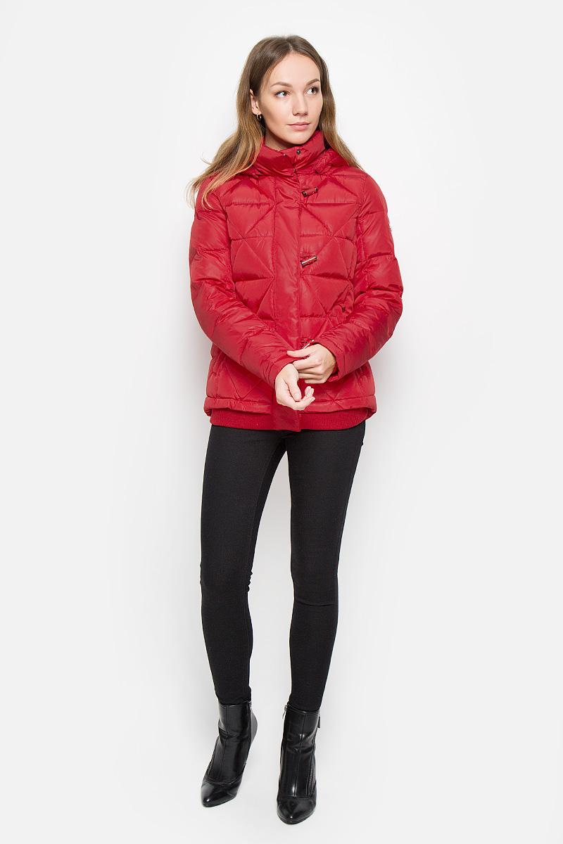 Куртка женская Finn Flare, цвет: красный. W16-12014_300. Размер M (46)W16-12014_300Женская куртка Finn Flare выполнена из полиэстера с утеплителем из пуха и пера. Модель с воротником-стойкой и съемным капюшоном застегивается на молнию с двумя ветрозащитными планками. Внешняя планка имеет застежки-пуговицы. Капюшон, дополненный по краю эластичным шнурком со стопперами, пристегивается к куртке с помощью кнопок. Воротник также оснащен застежками-кнопками. На рукавах предусмотрены трикотажные манжеты. Низ изделия дополнен эластичной трикотажной вставкой. Спереди расположены два прорезных кармана на молниях. Пуховик украшен фирменной металлической пластиной.