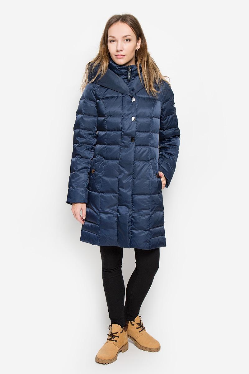 Пальто женское Finn Flare, цвет: темно-синий. W16-12008_101. Размер S (44)W16-12008_101Женское пальто Finn Flare выполнено из нейлона с подкладкой из полиэстера. В качестве утеплителя используются пух и перо. Приталенная модель с несъемным капюшоном и воротником-стойкой застегивается на пластиковую молнию с ветрозащитными планками. Внешние планки имеют застежки-кнопки. Рукава дополнены трикотажными манжетами. Спереди расположены два втачных кармана с застежками-кнопками. Пальто украшено фирменной металлической пластиной.