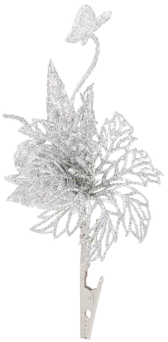 """Новогоднее подвесное украшение Феникс-Презент """"Букет серебряный"""" выполнено из пластика в виде букета с бабочкой и украшено блестками. С помощью специальной клипсы украшение можно повесить в любом понравившемся вам месте. Но, конечно, удачнее всего оно будет смотреться на праздничной елке.Елочная игрушка - символ Нового года. Она несет в себе волшебство и красоту праздника. Создайте в своем доме атмосферу веселья и радости, украшая новогоднюю елку нарядными игрушками, которые будут из года в год накапливать теплоту воспоминаний."""