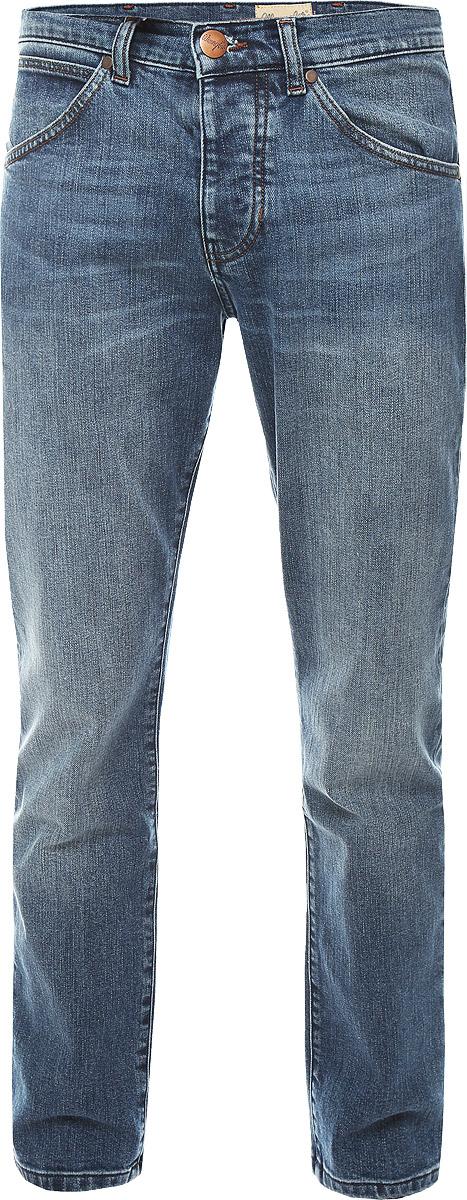 Джинсы мужские Wrangler, цвет: синий джинс. W16EBR77K. Размер 30-32 (46-32)W16EBR77KСтильные мужские джинсы Wrangler прямого кроя и средней посадки изготовлены из натурального хлопка с добавлением полиэстера и эластана.Джинсы на талии застегиваются на металлическую пуговицу, а также имеют ширинку на пуговицах и шлевки для ремня. Спереди модель дополнена двумя втачными карманами и одним небольшим накладным кармашком, а сзади - двумя большими накладными карманами. Правый задний карман дополнен фирменной нашивкой с названием бренда.