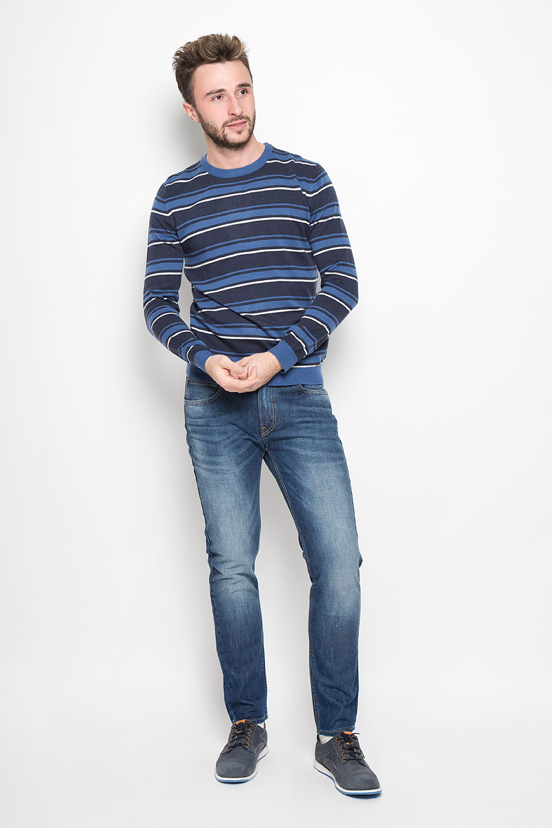 Джемпер мужской Finn Flare, цвет: темно-синий. W16-21110_110. Размер S (46)W16-21110_110Мужской джемпер Finn Flare выполнен из акрила, нейлона и шерсти. Джемпер с круглым вырезом горловины и длинными рукавами оформлен полосками. Вырез горловины, манжеты и низ изделия связаны резинкой. Модель украшена фирменной металлической пластиной.