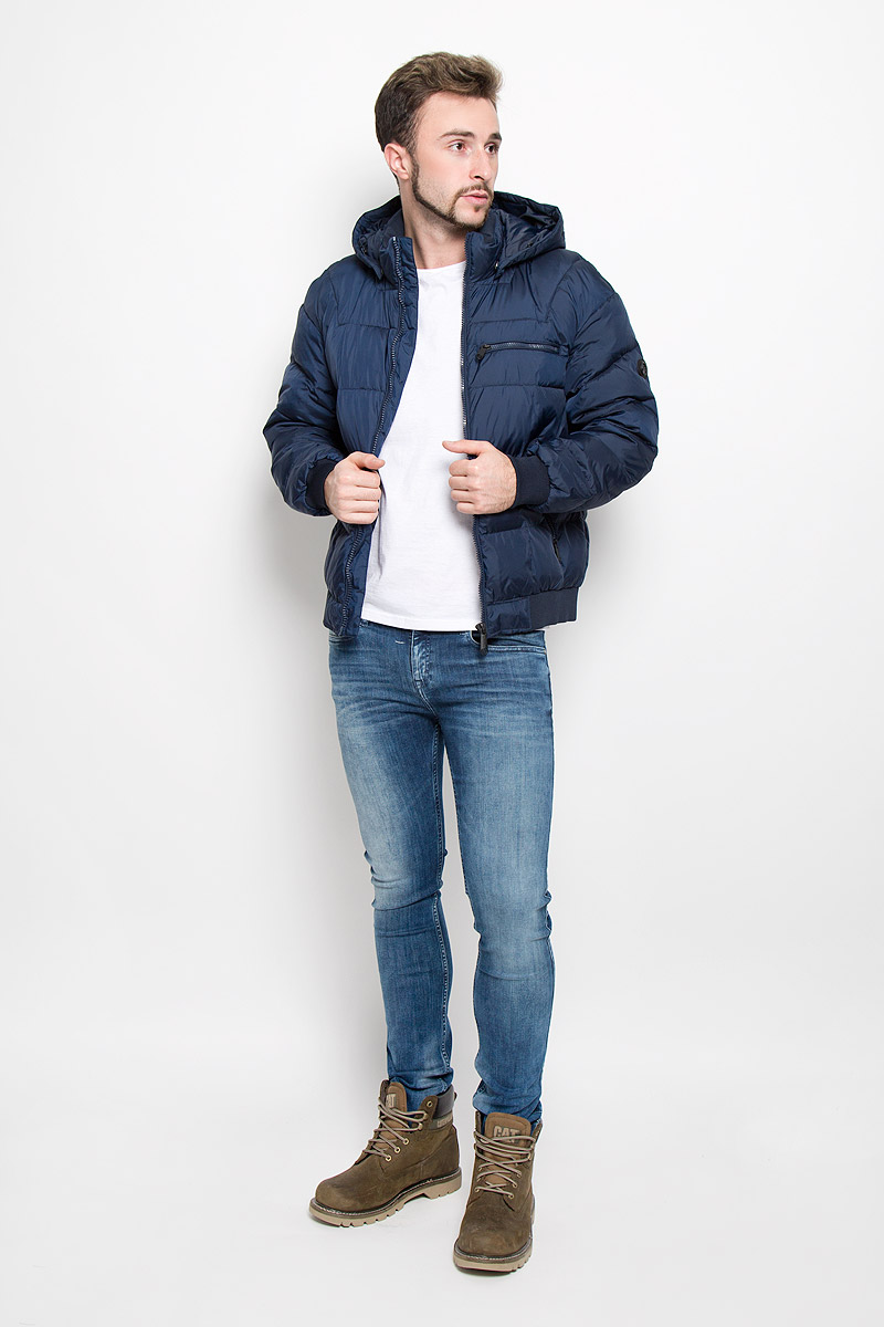 Куртка мужская Finn Flare, цвет: темно-синий. W16-22002_101. Размер L (50)W16-22002_101Мужская куртка Finn Flare, выполненная из полиэстера, придаст образу безупречный стиль. Подкладка изготовлена из гладкого и приятного на ощупь материала. В качестве утеплителя используется высококачественный полиэстер, который отлично сохраняет тепло.Куртка с капюшоном и воротником-стойкой застегивается на застежку-молнию с внутренней ветрозащитной планкой. Капюшон пристегивается к изделию за счет металлических кнопок. Край капюшона дополнен шнурком-кулиской, а на макушке капюшон имеет небольшой хлястик для регулирования размера.Рукава оснащены манжетами с застёжками-кнопками. Спереди модель дополнена тремя прорезными карманами на застежках-молниях. С внутренней стороны куртка дополнена прорезным карманом на молнии, накладным карманом на липучке и втачным карманом на пуговице. Модель оформлена фирменной нашивкой с названием бренда. Этот теплый пуховик послужит отличным дополнением к вашему гардеробу!