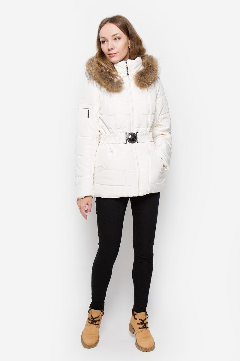 Куртка женская Finn Flare, цвет: молочный. W16-11000_711. Размер S (44)W16-11000_711Женская куртка Finn Flare выполнена из полиэстера. Модель с воротником-стойкой и съемным капюшоном застегивается на молнию с ветрозащитной планкой. Капюшон, декорированный съемной опушкой из натурального меха, пристегивается к куртке с помощью кнопок. Изделие имеет приталенный силуэт, дополнительно подчеркнутый эластичным поясом с металлической застежкой. В нижней части куртки расположены два втачных кармана на кнопках, на рукаве имеется небольшой прорезной карман на молнии. Куртка украшена фирменной металлической пластиной.