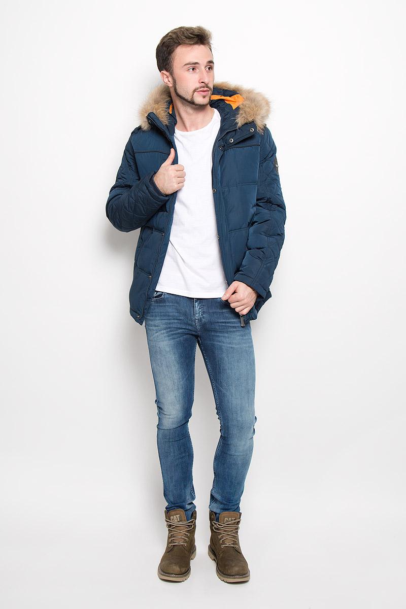 Куртка мужская Finn Flare, цвет: темно-синий. A16-22018_101. Размер M (48)A16-22018_101Стильная мужская куртка Finn Flare превосходно подойдет для прохладных дней. Куртка выполнена из полиэстера, она отлично защищает от дождя, снега и ветра, а наполнитель из пуха и пера превосходно сохраняет тепло. Модель с длинными рукавами и несъемным капюшоном застегивается на застежку-молнию спереди и имеет ветрозащитный клапан на кнопках. Объем капюшона регулируется при помощи шнурка-кулиски со стопперами. Изделие дополнено двумя втачными карманами на кнопках и карманом на застежке-молнии спереди, а также внутренним накладным карманом на липучке, втачным открытым карманом и втачным карманомна молнии. Рукава дополнены внутренними трикотажными манжетами.На талии и по низу куртка оснащена шнурками-кулисками со стопперами.Эта модная и в то же время комфортная куртка согреет вас в холодное время года и отлично подойдет как для прогулок, так и для активного отдыха.