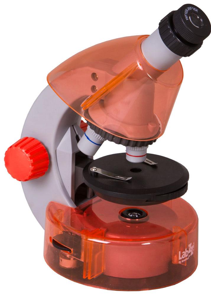 Levenhuk LabZZ M101, Orange микроскопXSP-1508 Pantone#179C OrangeКак выглядят безобидные букашки при большом увеличении, из чего состоят растения, кого можно увидеть в капле обычной воды - с микроскопом Levenhuk LabZZ M101 ваш ребенок сможет найти ответы на эти и многие другие вопросы. В комплекте есть все, что нужно для первого знакомства с микромиром - готовые образцы для изучения, специальные инструменты для работы с микроскопическими объектами и подробное руководство по проведению интереснейших опытов.Микроскоп создан специально для детей, но по уровню оптики он не уступает некоторым взрослым моделям. Прибор снабжен тремя объективами, причем для смены объектива не нужно прерывать занятия - достаточно повернуть револьверное устройство. Уникальная особенность этого микроскопа - выдвижной двухпозиционный окуляр. Такой окуляр заменяет собой два окуляра с увеличением 10 и 16 крат, а пользоваться им очень просто. Кроме того, ребенку не придется менять окуляры, а значит, они не потеряются. Три объектива и окуляр позволяют получить увеличения 40, 64, 100, 160, 400 и 640 крат.Чтобы рассмотреть крылышко мухи или клетки лука, тонкий прозрачный образец помещают на круглый предметный столик. Удобные зажимы позволяют надежно зафиксировать микропрепарат - он не собьется при неосторожном движении. Свет от светодиодов, которые находятся под предметным столиком, проходит через препарат и создает увеличенное изображение. Удобно, что яркость подсветки регулируется - для более прозрачных препаратов ее можно немного уменьшить, а для менее прозрачных увеличить.Корпус микроскопа сделан из прочного пластика - прибор получился очень легким и в то же время надежным. Чтобы маленький исследователь не уставал во время занятий с микроскопом, окулярная трубка наклонена под углом 45°. Микроскоп работает от батареек - он безопаснее и мобильнее, чем модели с питанием от сети.В комплект входит набор, в котором есть все необходимое для проведения увлекательнейших опытов. Из руководства ребенок узна