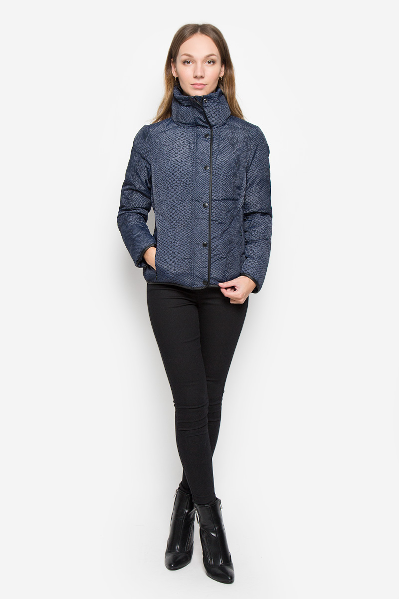 Куртка женская Calvin Klein Jeans, цвет: синий. J20J200504. Размер XS (40/42)TKL0256ROЖенская куртка Calvin Klein Jeansс длинными рукавами и воротником-стойкой выполнена из прочного полиэстера с добавлением нейлона. Наполнитель - синтепон. Куртка застегивается на застежку-молнию спереди и имеет ветрозащитный клапан на кнопках. Манжеты рукавов дополнены хлястиками на липучках. Изделие дополнено двумя втачными карманами на молниях спереди. Куртка украшена оригинальным принтом.