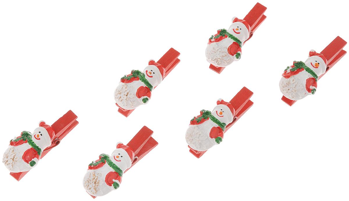 """Набор Феникс-Презент """"Снеговики со снежинками"""" состоит из 6  декоративных украшений на прищепках, изготовленных из полирезина и  древесины  березы. Изделия станут  прекрасным дополнением к оформлению  вашего новогоднего интерьера.  Они используются  для развешивания стикеров на веревке,  маленьких игрушек и многого другого. Оригинальность и  веселые цвета прищепок будут радовать  глаз и поднимут настроение.  Длина прищепки: 4,5 см.  Размер декоративной части прищепки: 2,3 х 3,3 см."""