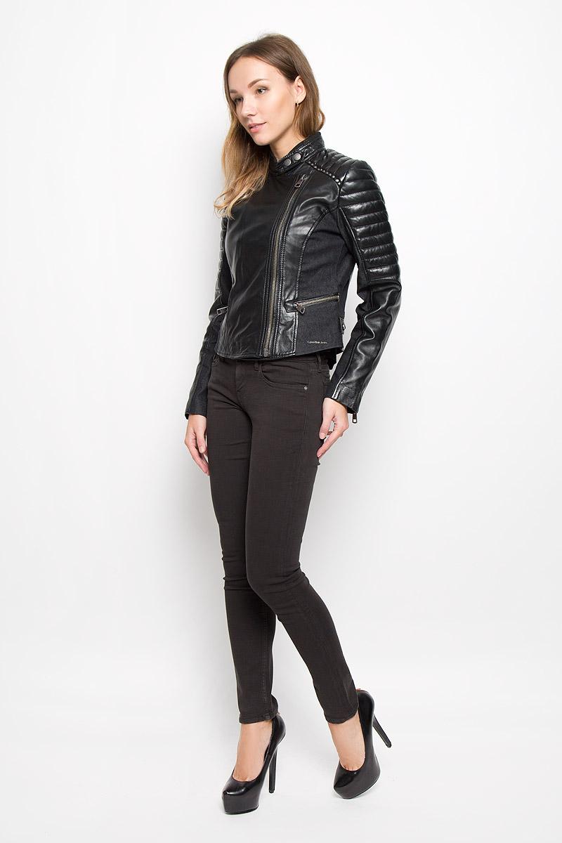 Куртка женская Calvin Klein Jeans, цвет: черный. J20J200346_0990. Размер L (46/48)656002-9010Стильная женская куртка Calvin Klein Jeans, изготовленная из натуральной кожи, дополнена вставками из хлопка с добавлением полиэстера и эластана. Подкладка и наполнитель из высококачественного полиэстера.Куртка с воротником-стойкой застегивается на асимметричную металлическую застежку-молнию по левому краю. Воротник оснащен хлястиком с металлическими кнопками. Спереди имеются два прорезных кармашка на застежках-молниях. Куртка оформлена металлическими заклепками. Нижняя часть рукавов оформлена застежками-молниями. По бокам расположены хлястики на застежках-кнопках.