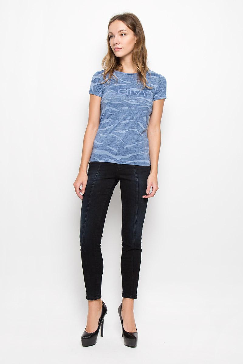 Футболка женская Calvin Klein Jeans, цвет: голубой, темно-синий. J20J200383. Размер M (44/46)SKU0716ZIЖенская футболка Calvin Klein Jeans изготовлена из хлопка и полиэстера. Футболка с круглым вырезом горловины и короткими рукавами оформлена надписью. Изделие имеет приталенный силуэт.