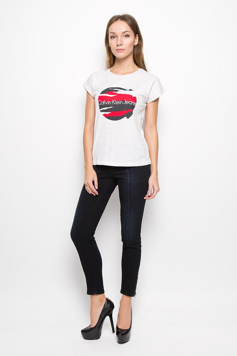 Футболка женская Calvin Klein Jeans, цвет: светло-серый меланж. J20J200735. Размер L (46/48)020118-0300.01.02Женская футболка Calvin Klein Jeans изготовлена из натурального хлопка. Футболка с круглым вырезом горловины и короткими рукавами оформлена принтом с надписью. Спинка модели удлинена.