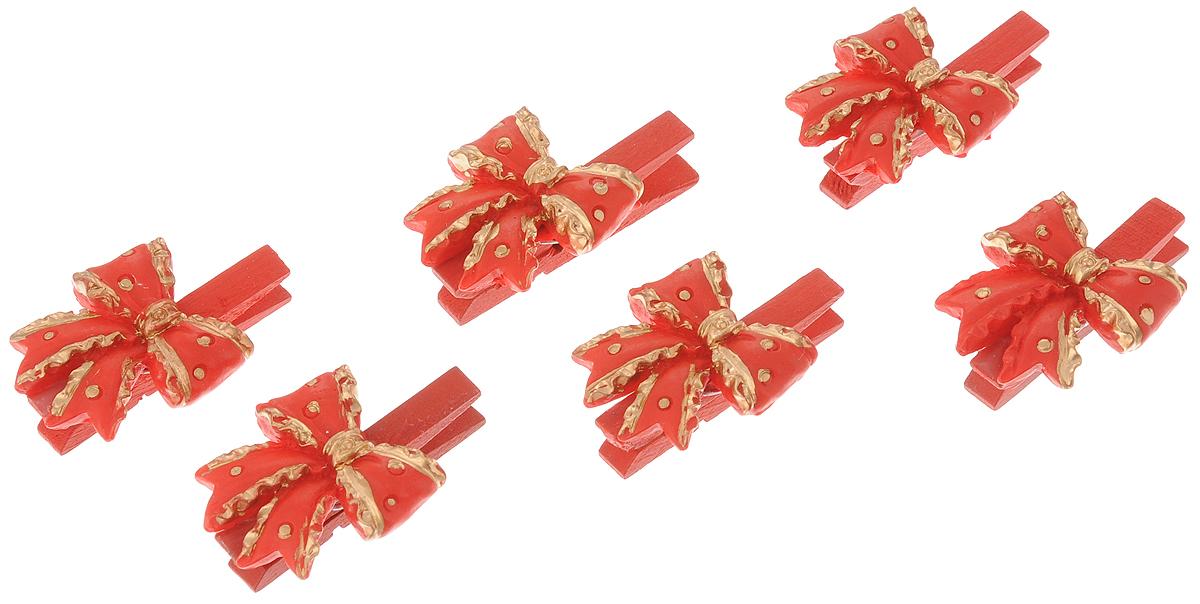 Набор новогодних украшений Феникс-Презент Бантики, на прищепках, 6 шт38491Набор Феникс-Презент Бантики состоит из 6 декоративных украшений-прищепок, изготовленных из полирезина и дерева. Изделия станут прекрасным дополнением к оформлению вашего новогоднего интерьера. Они используются для развешивания стикеров на веревке, маленьких игрушек и многого другого. Оригинальность и веселые цвета прищепок будут радовать глаз и поднимут настроение. Длина прищепки: 4,5 см. Размер декоративной части прищепки: 3 х 3 см.