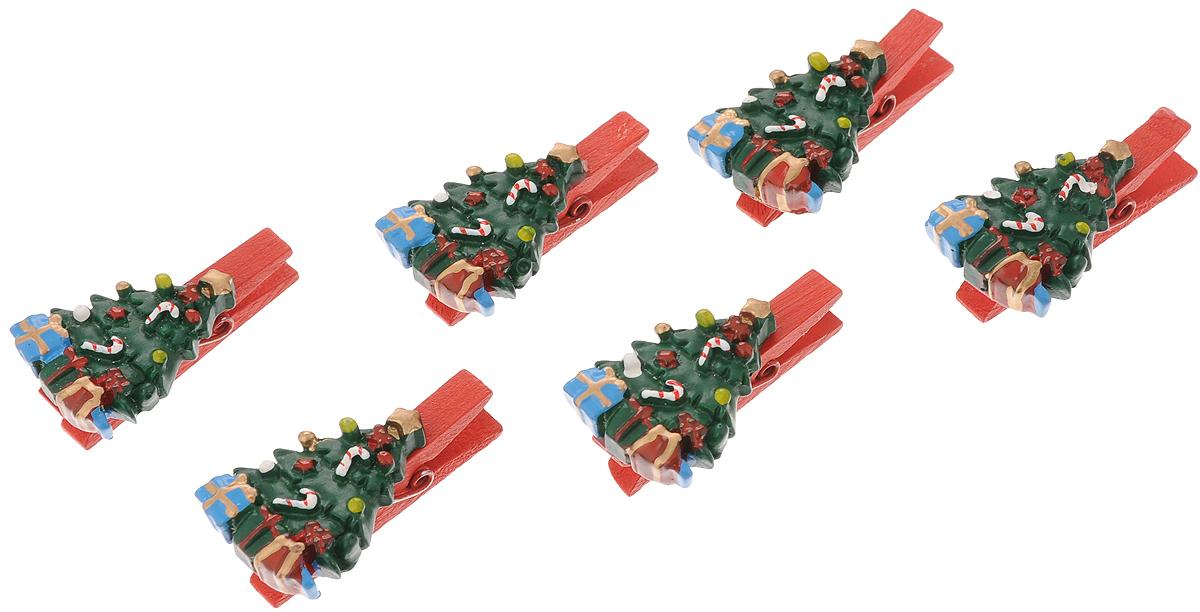Набор новогодних украшений Феникс-Презент Елочки с подарками, на прищепках, 6 шт41818Набор Феникс-Презент Елочки с подарками состоит из 6 декоративных украшений-прищепок, изготовленных из полирезина и дерева. Изделия станут прекрасным дополнением к оформлению вашего новогоднего интерьера. Они используются для развешивания стикеров на веревке, маленьких игрушек и многого другого. Оригинальность и веселые цвета прищепок будут радовать глаз и поднимут настроение. Длина прищепки: 4,5 см. Размер декоративной части прищепки: 3,5 х 2,5 см.
