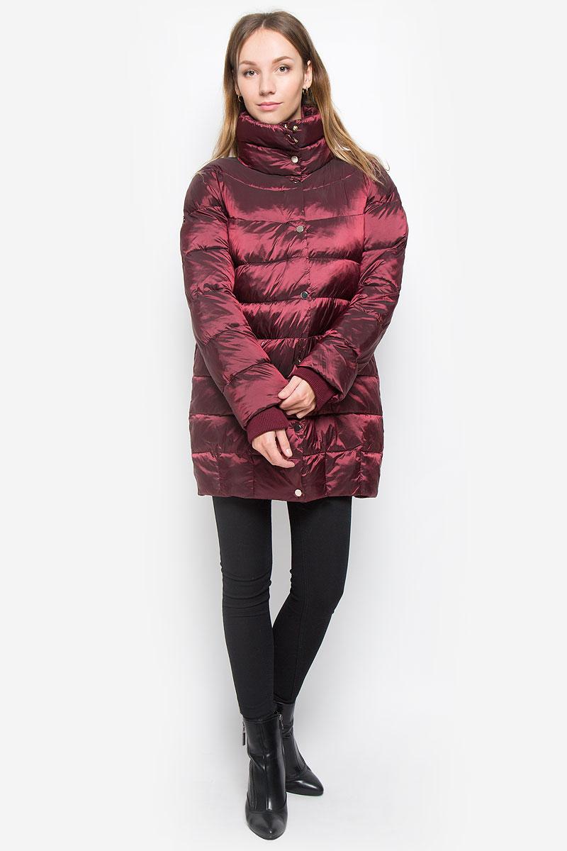 Куртка женская Baon, цвет: бордовый. B036560. Размер XL (50)B036560_MerlotЖенская куртка Baon выполнена из водоотталкивающей и ветрозащитной ткани на гладкой подкладке. В качестве утеплителя используется полиэстер. Удлиненная модель с воротником-стойкой застегивается на пластиковую молнию с двумя ветрозащитными планками. Внешняя планка дополнена застежками-кнопками. На рукавах имеются трикотажные манжеты. Спереди расположены два прорезных кармана на молниях. Куртка украшена фирменной металлической пластиной.