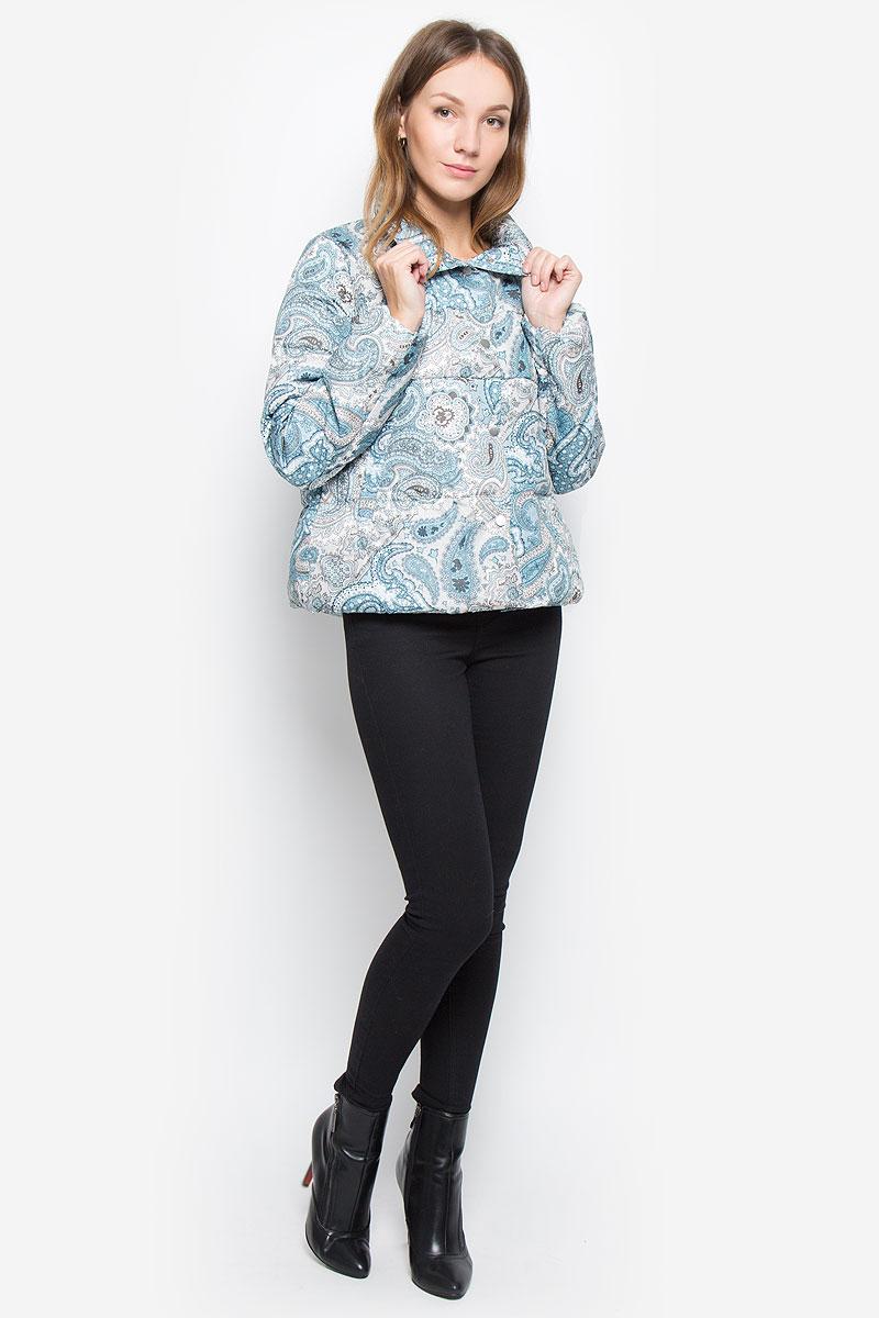 Пуховик женский Baon, цвет: голубой, бежевый, белый. B016518. Размер S (44)B016518_Waterscape PrintedЖенский укороченный пуховик Baon изготовлен из водоотталкивающей и ветрозащитной ткани с утеплителем из пуха и пера. Куртка с воротником-стойкой застегивается на кнопки. Изделие имеет свободный силуэт. Внутренняя часть манжет прострочена эластичной нитью. Спереди расположены два прорезных кармана на кнопках. Куртка оформлена принтом с узорами.