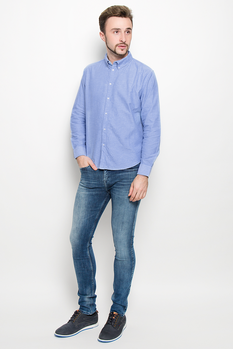 Рубашка мужская Baon, цвет: голубой. B676526. Размер S (46)B676526_ANGEL BLUEСтильная мужская рубашка Baon, выполненная из натурального хлопка, обладает высокой теплопроводностью, воздухопроницаемостью и гигроскопичностью, позволяет коже дышать, тем самым обеспечивая наибольший комфорт при носке даже самым жарким летом. Модель с длинными рукавами, отложным воротником и полукруглым низом застегивается на пуговицы. Манжеты также застегиваются на пуговицы. Внизу планки с пуговицами расположена скрытая нашивка с логотипом бренда.