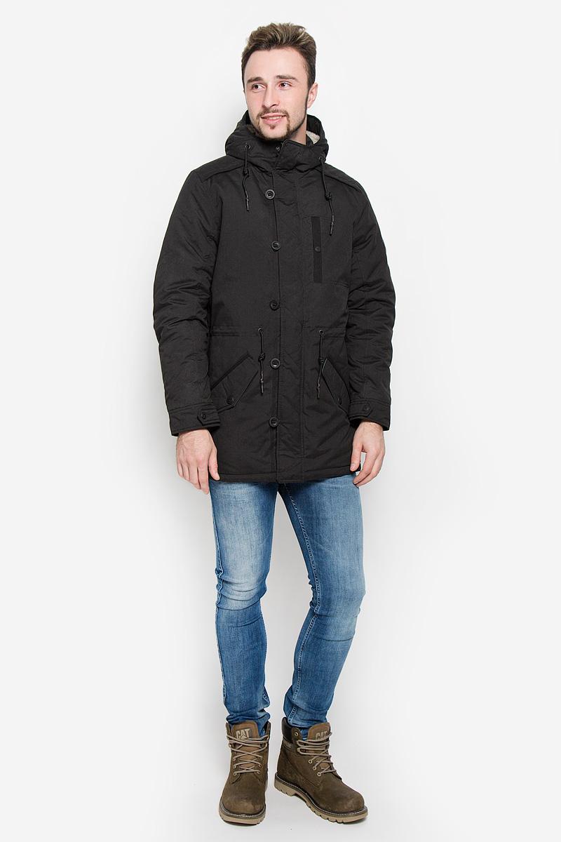 Куртка мужская Tom Tailor Denim, цвет: черный. 3532863.00.12_2999. Размер L (50)3532863.00.12_2999Мужская куртка Tom Tailor Denim выполнена из полиэстера с добавлением полиамида. Наполнитель - синтепон. Модель с длинными рукавами и несъемным капюшоном застегивается на застежку-молнию спереди и имеет ветрозащитный клапан на пуговицах. Изделие дополнено на груди втачным карманом на кнопке, двумя втачными карманами с клапанами на пуговицах спереди и внутренними втачным карманом на кнопке. Объем капюшона регулируется при помощи шнурка-кулиски. Капюшон украшен искусственным мехом. На талии также расположен шнурок-кулиска.