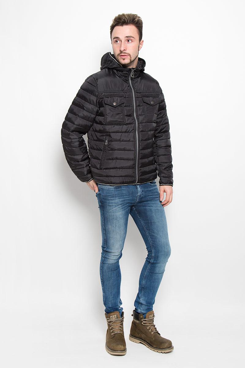 Куртка мужская Baon, цвет: черный. B536538. Размер M (48)B536538_BLACKМужская куртка Baon с длинными рукавами, съемным капюшоном на застежке-молнии и воротником-стойкой выполнена из прочного полиэстера. Наполнитель - синтепон. Куртка застегивается на застежку-молнию спереди. Манжеты рукавов дополнены хлястиками на липучках. Изделие дополнено двумя втачными карманами на молниях и двумя накладными карманами с клапанами на кнопках спереди, а также двумя внутренними накладными карманами.