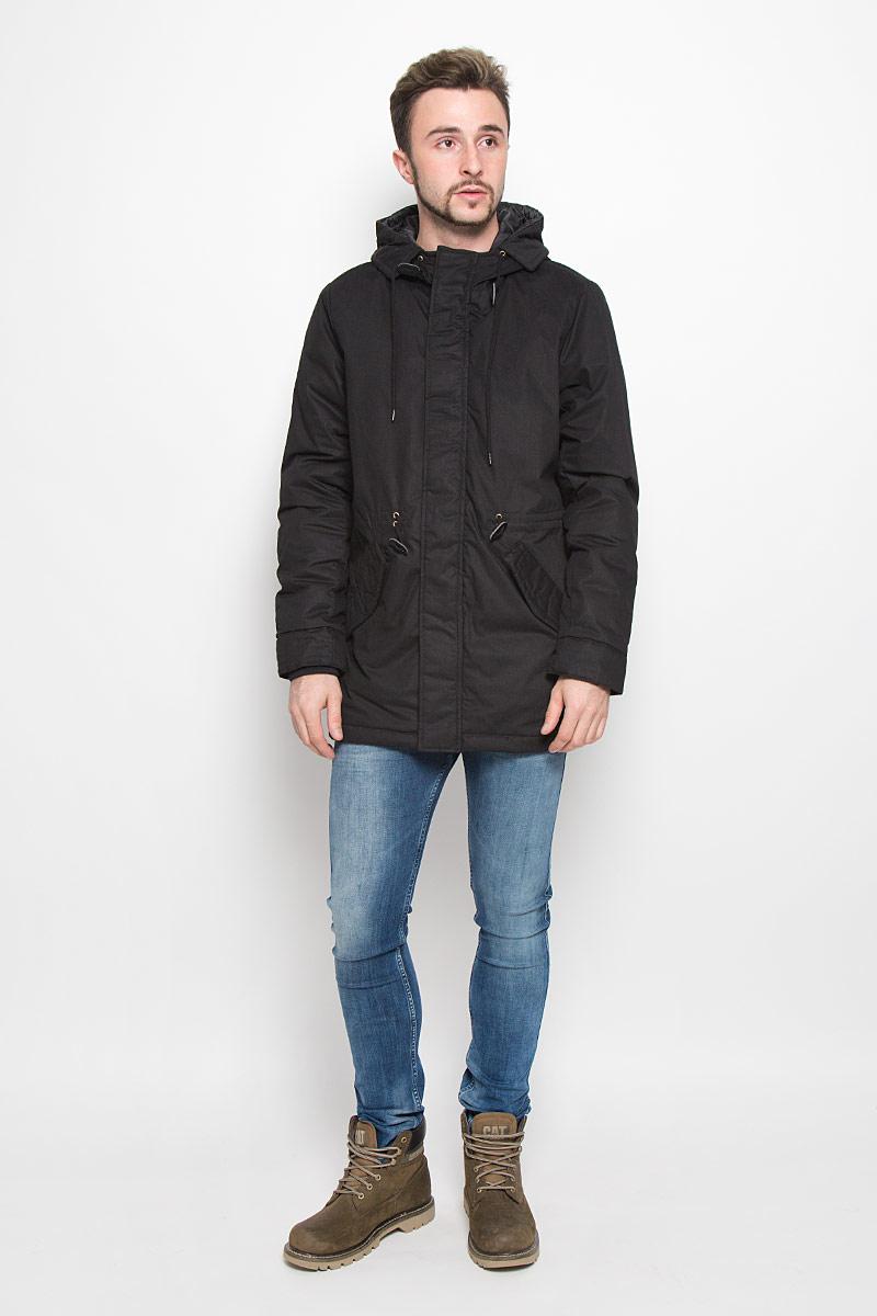 Куртка мужская Baon, цвет: черный. B536539. Размер XXL (54/56)B536539_BLACKМужская куртка Baon с длинными рукавами и несъемным капюшоном выполнена из прочного полиэстера с добавлением хлопка. Наполнитель - синтепон. Куртка застегивается на застежку-молнию спередии имеет ветрозащитный клапан на кнопках. Рукава дополнены внутренними манжетами. Изделие оснащено двумя втачными карманами с клапанами на кнопках спереди, а также внутренним накладным карманом. Объем капюшона регулируется при помощи шнурка-кулиски. На талии модель также дополнена шнурком-кулиской.