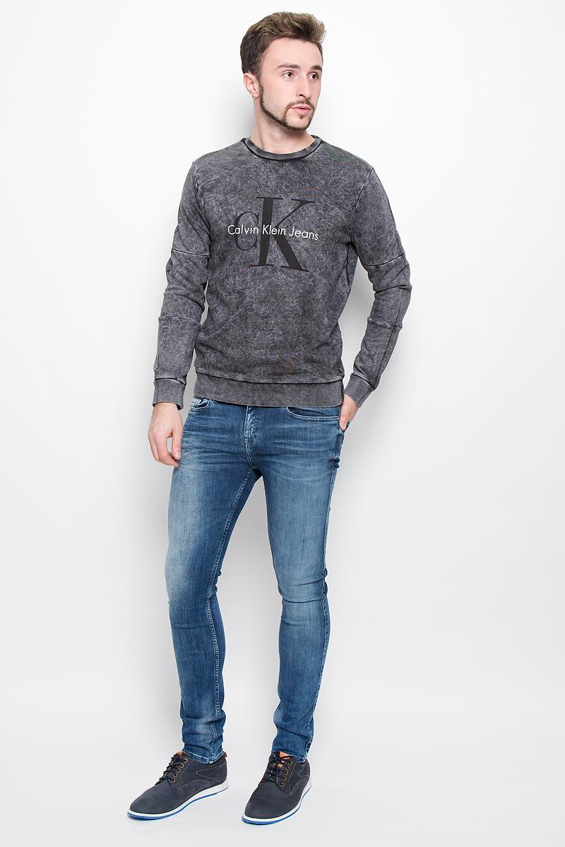 Толстовка мужская Calvin Klein Jeans, цвет: черно-серый. J30J300564. Размер M (46/48)1674951-464Стильная мужская толстовка Calvin Klein Jeans, изготовлена из высококачественного натурального хлопка.Модель свободного кроя с круглым вырезом горловины и длинными рукавами оформлена принтом с надписями бренда. Манжеты рукавов, воротник и низ толстовки дополнены трикотажными резинками.