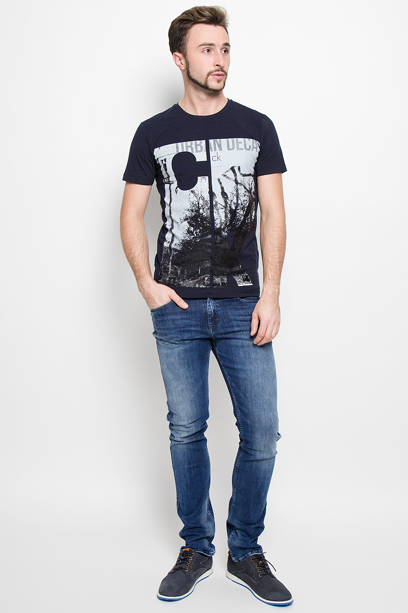 Футболка мужская Calvin Klein Jeans, цвет: темно-синий. J30J300623. Размер M (46/48)W16-21111_101Мужская футболка Calvin Klein Jeans, выполненная из эластичного хлопка с добавлением эластана, идеально подойдет для повседневной носки.Футболка с круглым вырезом горловины и короткими рукавами имеет полуприлегающий силуэт. Спереди изделие украшено стильной надписью с названием бренда.