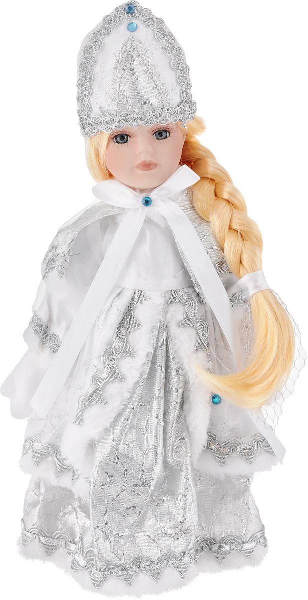 Кукла декоративная Magic Time Снегурочка Варенька, на подставке, высота 30 см39085Декоративная кукла Magic Time Снегурочка Варенька выполнена из высококачественной керамики. Туловище куклы мягкое набивное. Трогательные глаза обрамлены пышными ресницами, а светлые волосы заплетены в косу. Кукла максимально приближена к живому прототипу - юной леди с румянцем на щеках. Снегурочка наряжена в роскошную шубку декорированной вышивкой, а голова украшена кокошником. Кукла устанавливается на пластиковую подставку, благодаря которой вы можете поместить ее в любом понравившемся месте. Такая кукла займет достойное место в вашей коллекции илистанет чудесным подарком на Новый год.