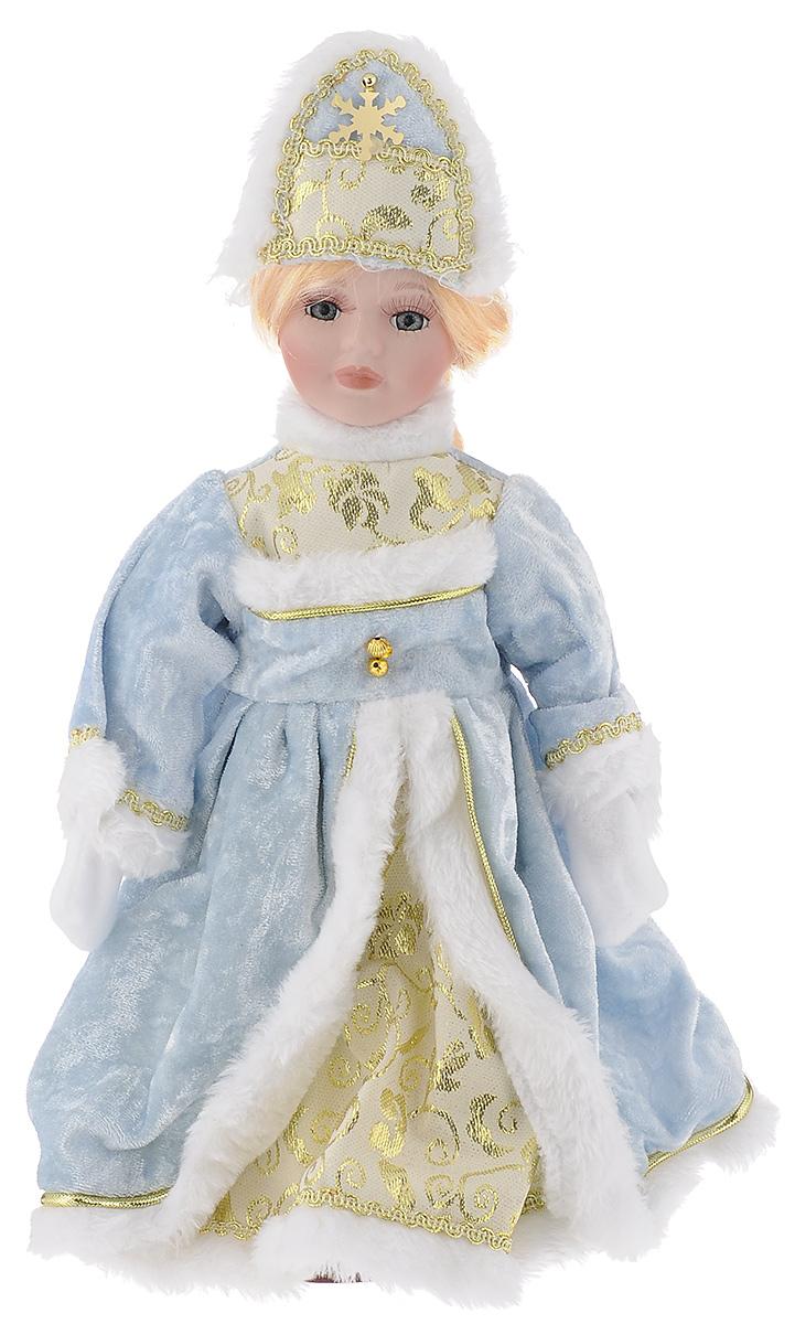 Кукла декоративная Magic Time Снегурочка Ирочка, на подставке, высота 30 см41686/76374Декоративная кукла Magic Time Снегурочка Ирочка выполнена из высококачественной керамики. Туловище куклы мягкое набивное. Трогательные глаза обрамлены пышными ресницами, а светлые волосы заплетены в косу. Кукла максимально приближена к живому прототипу - юной леди с румянцем на щеках. Снегурочка наряжена в роскошную шубку декорированной тесьмой и блестками, а голова украшена кокошником. Кукла устанавливается на пластиковую подставку, благодаря которой вы можете поместить ее в любом понравившемся месте. Такая кукла займет достойное место в вашей коллекции илистанет чудесным подарком на Новый год.