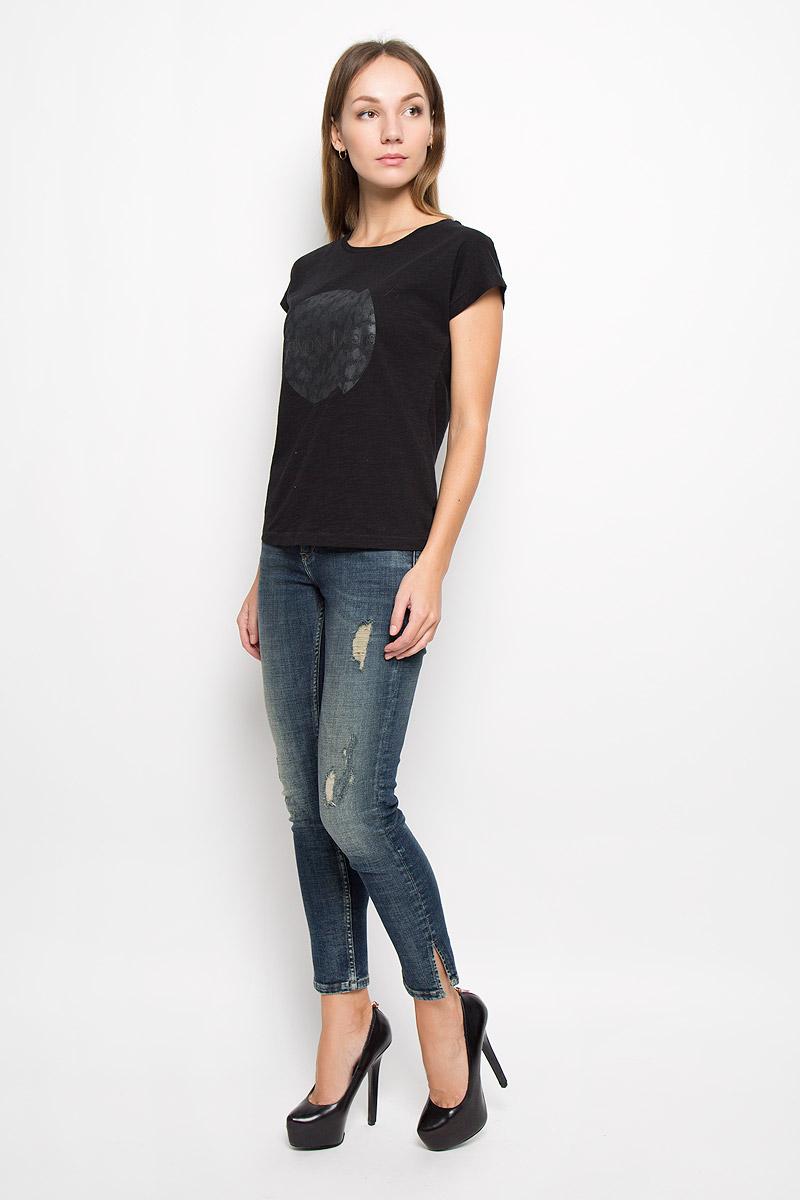 Джинсы женские Calvin Klein Jeans, цвет: синий. J20J200951. Размер 27 (40/42)710Женские джинсы Calvin Klein Jeans выполнены из эластичного хлопка. Укороченная модель-скинни застегивается спереди на пуговицу и имеет ширинку с застежкой-молнией. Спереди изделие дополнено двумя втачными карманами и одним маленьким накладным, сзади - двумя накладными карманами. Снизу брючин предусмотрены разрезы. Джинсы оформлены эффектом искусственно-состаренной ткани.