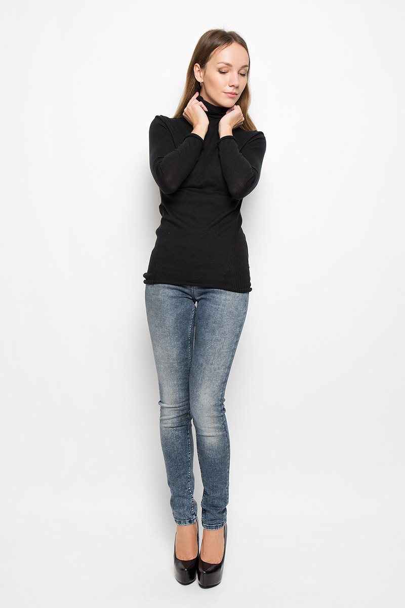 Водолазка женская Calvin Klein Jeans, цвет: черный. J20J200829. Размер S (42/44)J20J200829_965Женская водолазка Calvin Klein Jeans выполнена из натурального хлопка. Водолазка с воротником-гольф и длинными рукавами украшена вышитым логотипом бренда и фирменной металлической пластиной. Рукава и низ изделия имеют закрученные края.