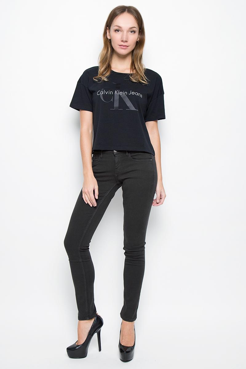 Брюки женские Calvin Klein Jeans, цвет: графитовый. J20J200630. Размер 30 (46/48)J20J200630_965Женские брюки Calvin Klein Jeans выполнены из плотного эластичного материала. Модель-скинни застегивается спереди на пуговицу и имеет ширинку с застежкой-молнией. Предусмотрены шлевки для ремня. Спереди изделие дополнено двумя втачными карманами и одним маленьким накладным, сзади - двумя накладными карманами.