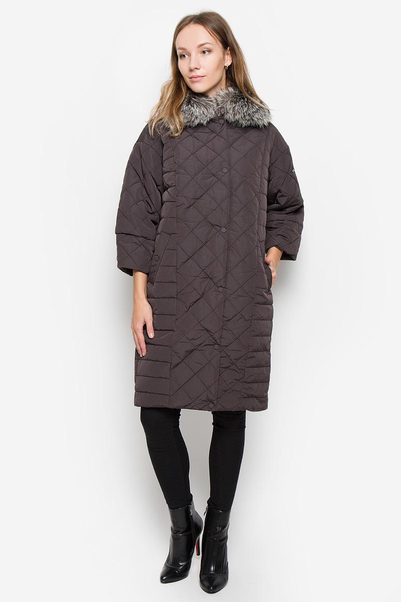 Пальто женское Baon, цвет: коричневый. B036552. Размер L (48)B036552_DARK CHOCOLATEЖенское пальто Baon с рукавами 3/4 и отложным воротником выполнено из полиамида. Наполнитель - полиэстер.Пальто застегивается на застежку-молнию спереди, имеется ветрозащитный клапан на кнопках. Воротник украшен натуральным мехом. Изделие дополнено двумя втачными карманами на кнопках спереди.