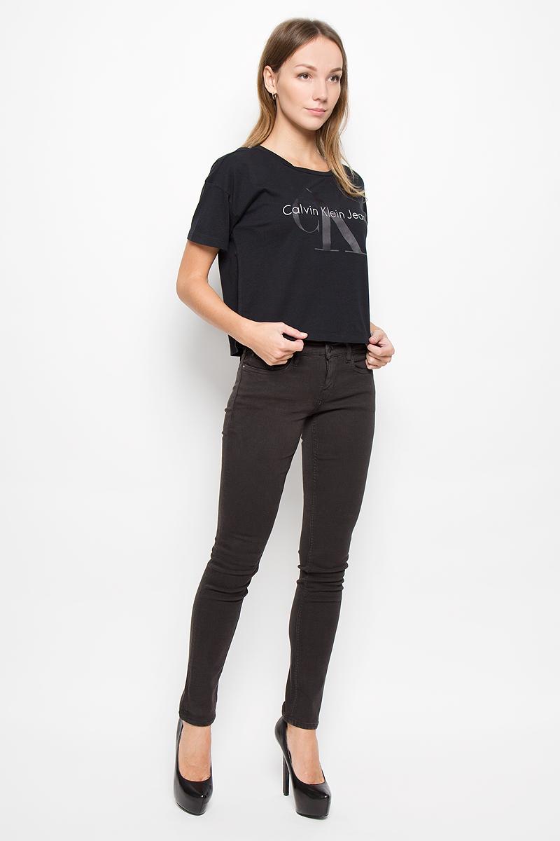 Футболка женская Calvin Klein Jeans, цвет: черный. J20J200793. Размер M (44/46)J20J200793_099Женская футболка Calvin Klein Jeans выполнена из натурального хлопка. Укороченная модель с круглым вырезом горловины и короткими рукавами оформлена логотипом бренда.